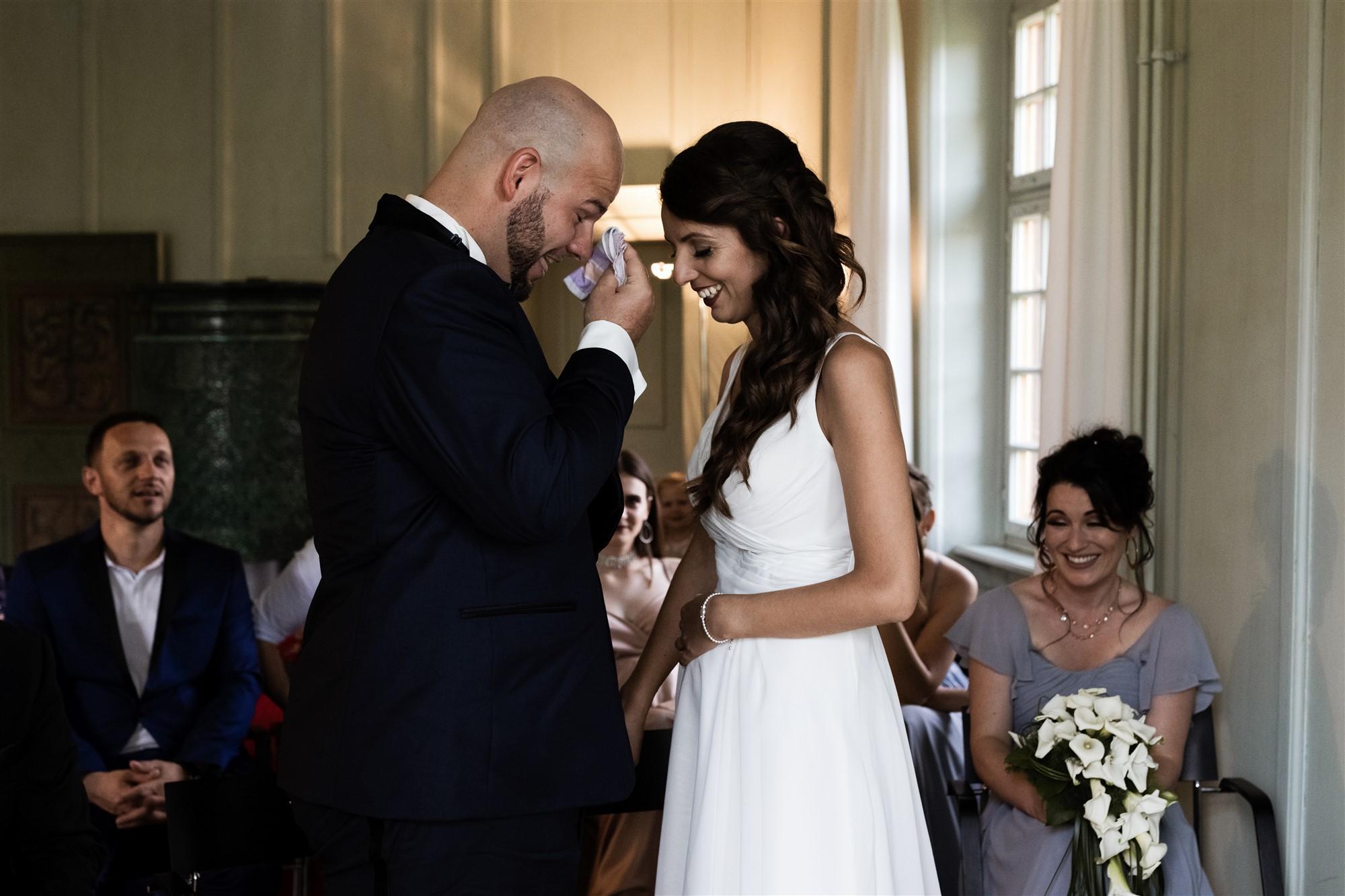 Hochzeit Schloss Wildenstein - Der Bräutigam ist sichtlich gerührt beim Eheversprechen