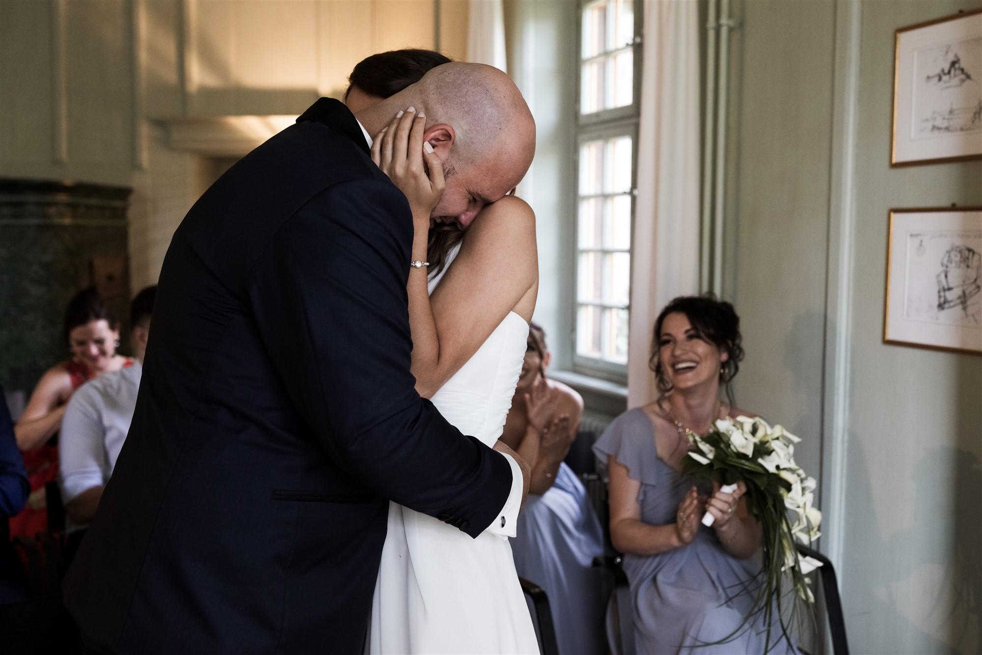 Hochzeit Schloss Wildenstein - Das Brautpaar umarmt sich