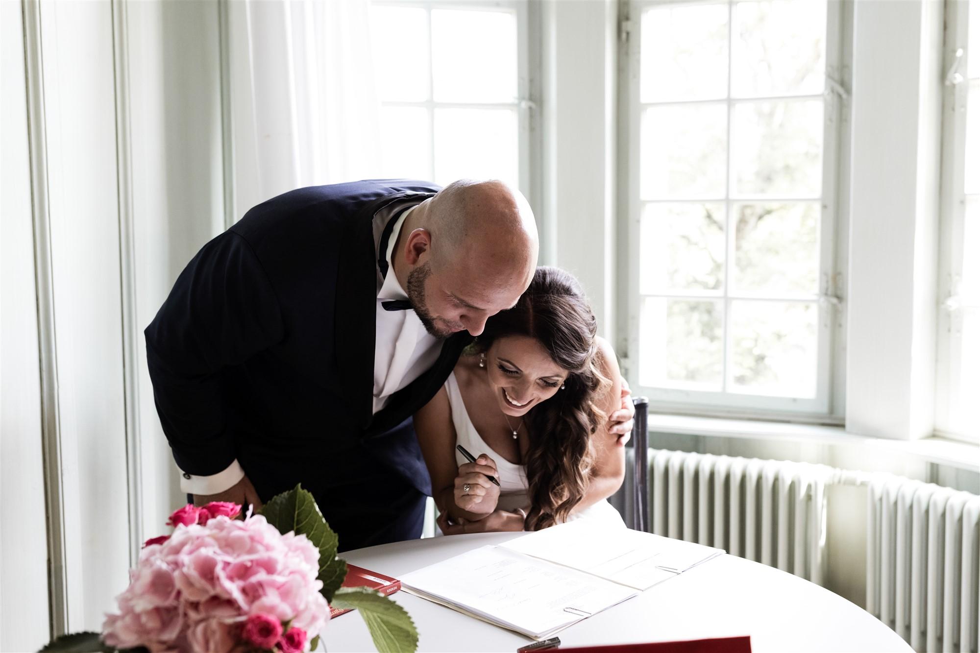 Hochzeit Schloss Wildenstein - Das Brautpaar schaut sich das Familienbüchlein an