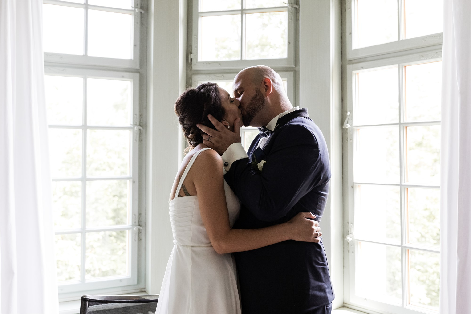 Hochzeit Schloss Wildenstein - Das Brautpaar küsst sich