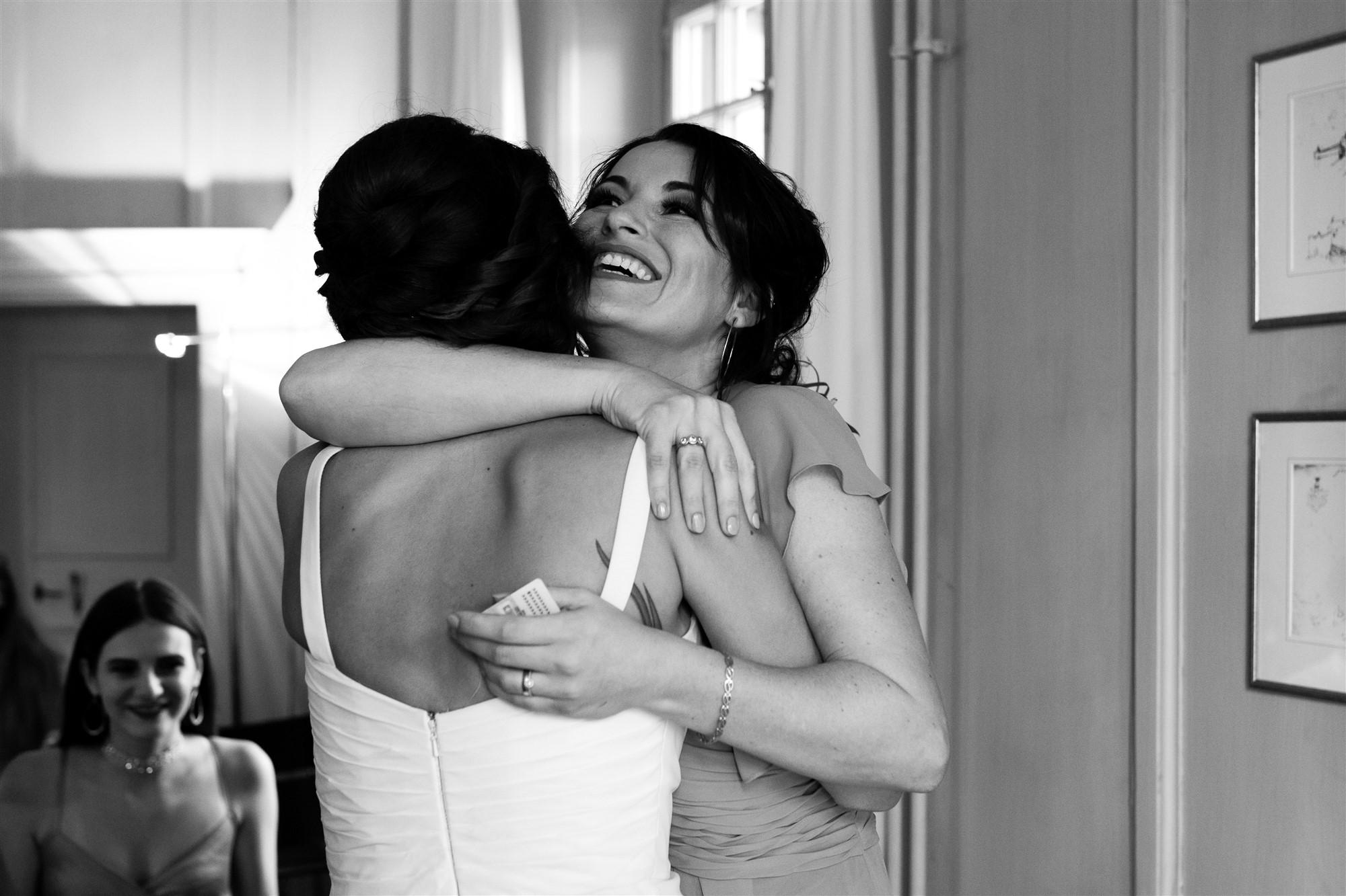 Hochzeit Schloss Wildenstein - Emotionale Umarmung der besten Freundin