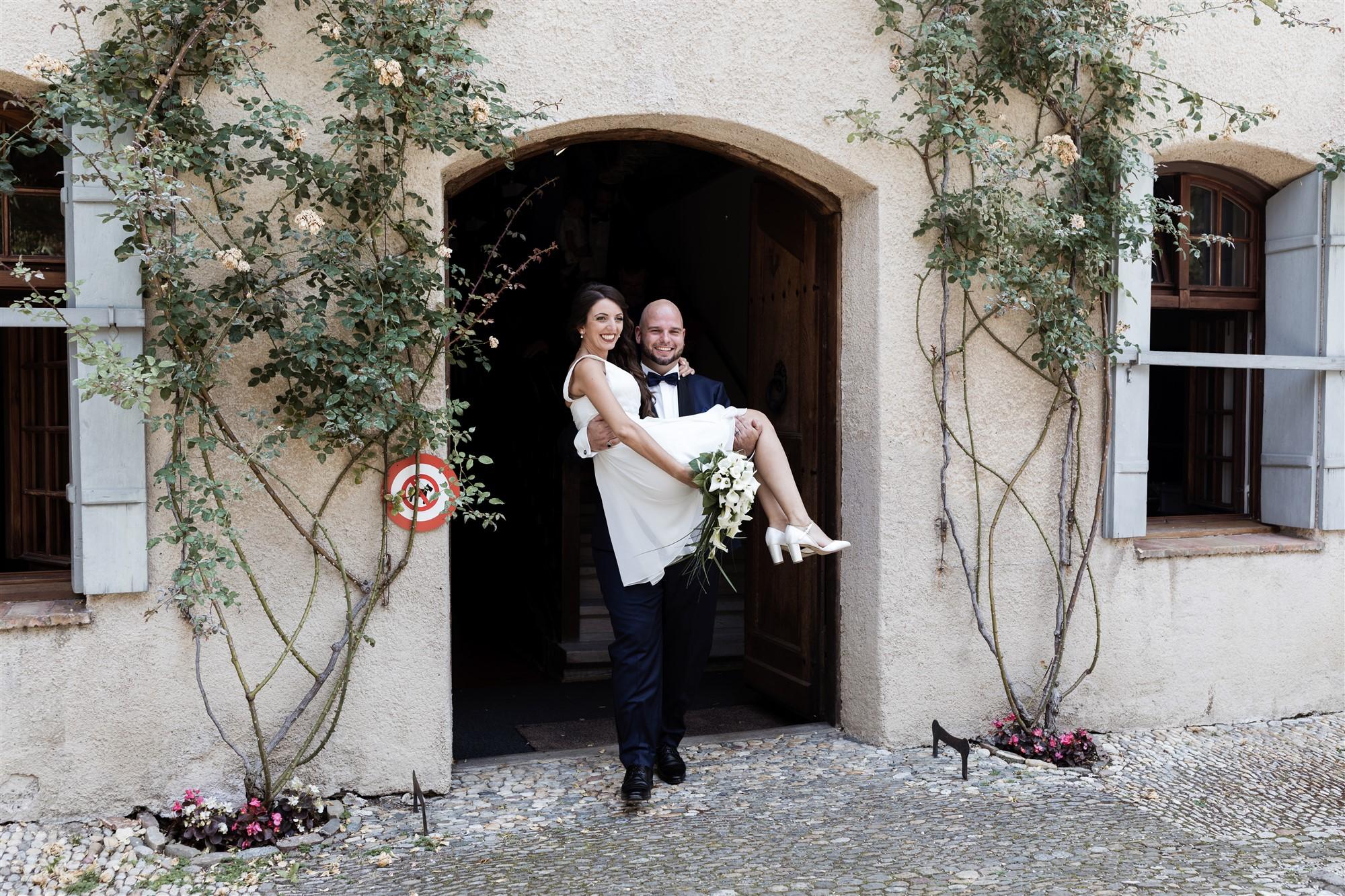 Hochzeit Schloss Wildenstein - Der Bräutigam trägt seine Frau