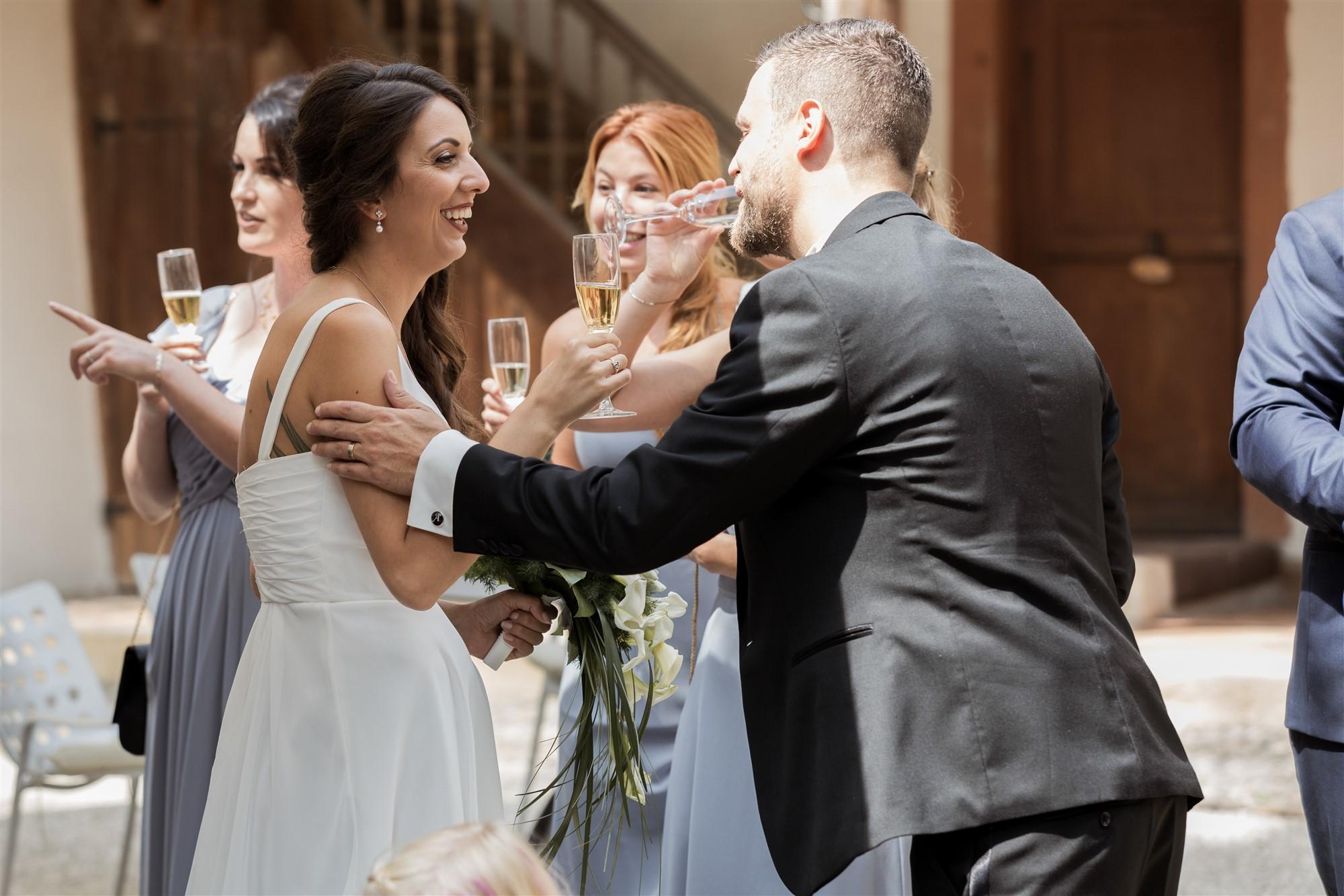 Hochzeit Schloss Wildenstein - Das Brautpaar und die Hochzeitsgäste stossen an