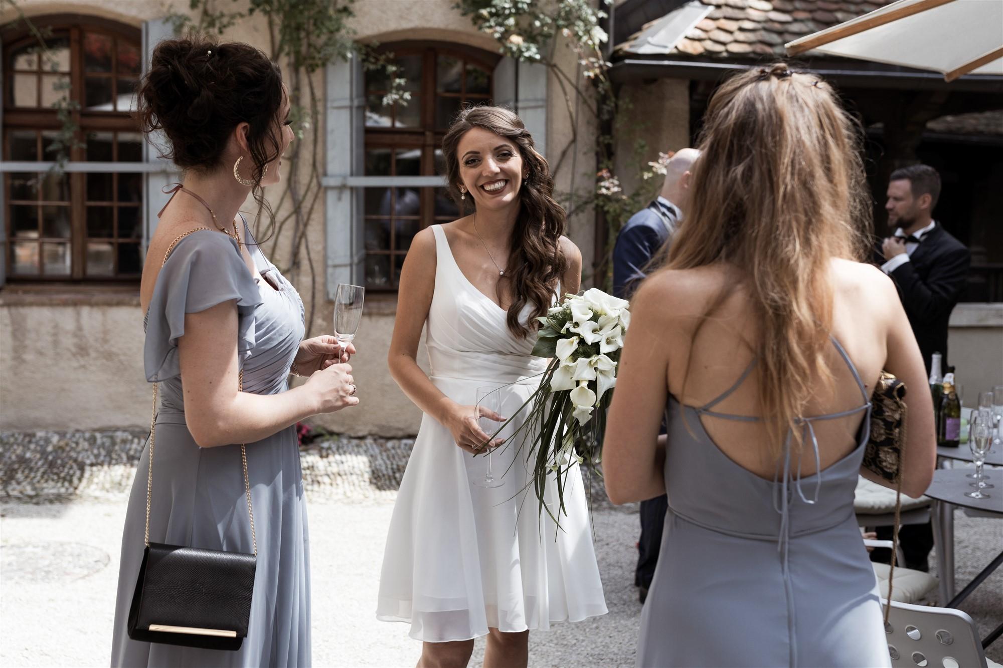 Hochzeit Schloss Wildenstein - Die Braut stosst mit ihren Freundinnen an