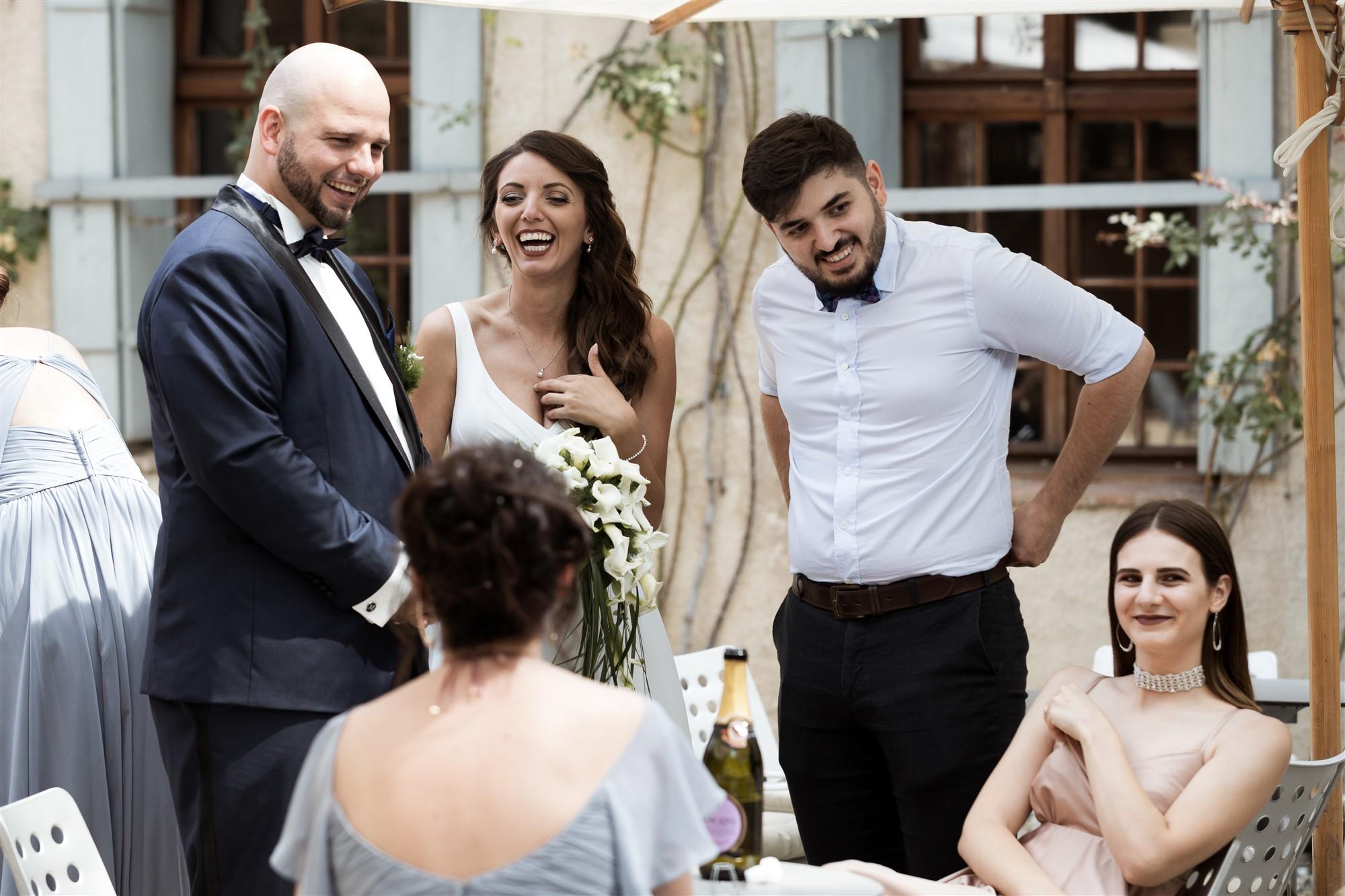 Hochzeit Schloss Wildenstein - Das Brautpaar und die Familie beim Apero