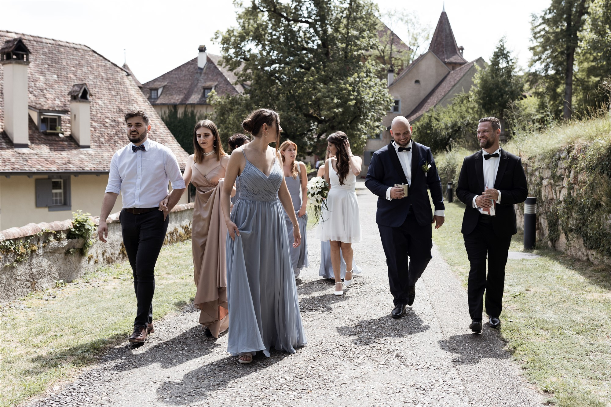 Hochzeit Schloss Wildenstein - Die Hochzeitsgesellschaft spazieren zur nächsten Location
