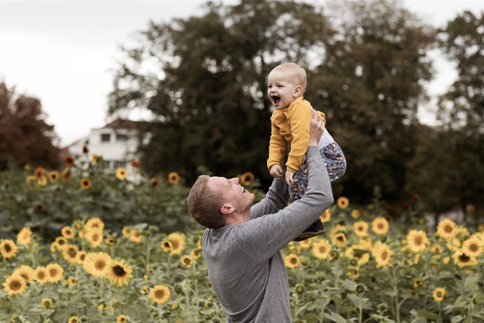 Familien Fotoshooting in Basel - Familienfotoshooting inmitten von Blumen - Der Papa mit seiner Tochter
