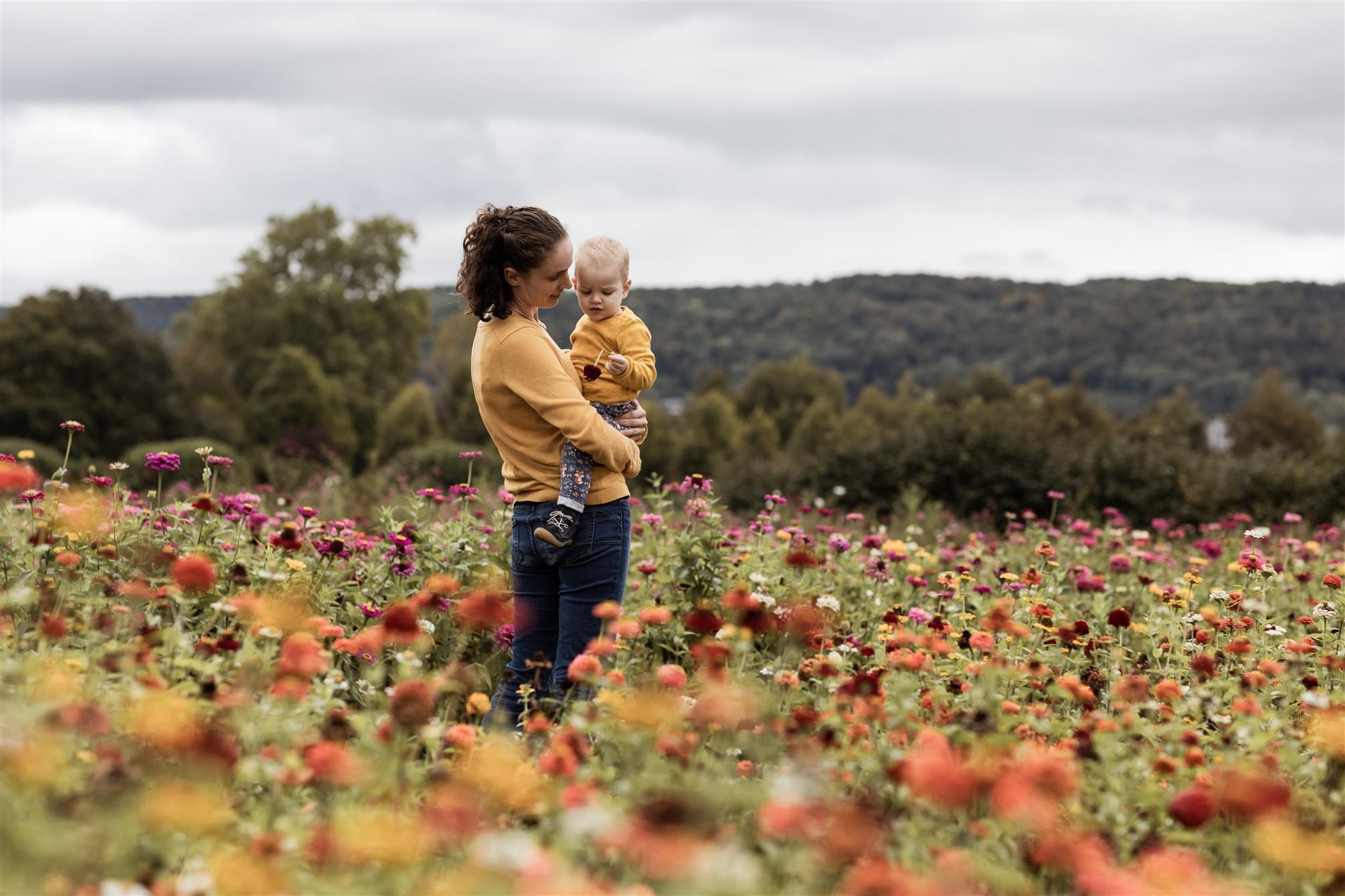 Familien Fotoshooting in Basel - Familienfotoshooting inmitten von einem Blumenfeld - Die Mama mit ihrer Tochter