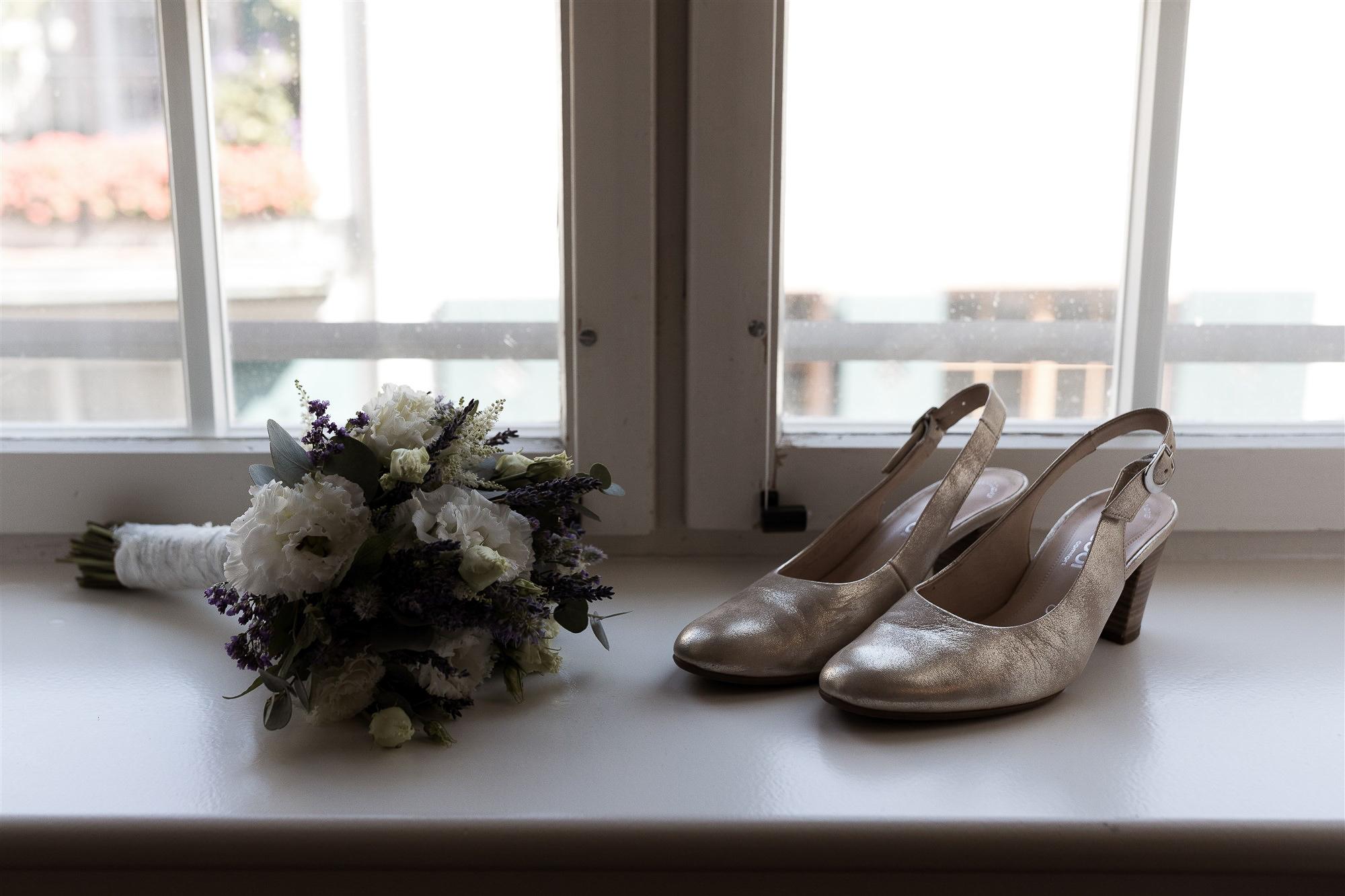 Brautschuhe und Brautstrauss - Hochzeit im Teufelhof Basel - Getting Ready der Braut