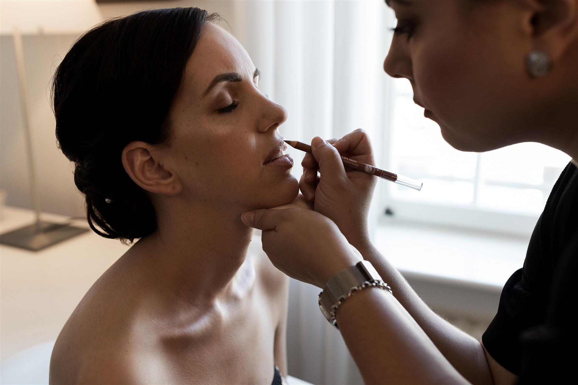 Hochzeit im Teufelhof in Basel - Die Vorbereitung der Braut im Hotelzimmer