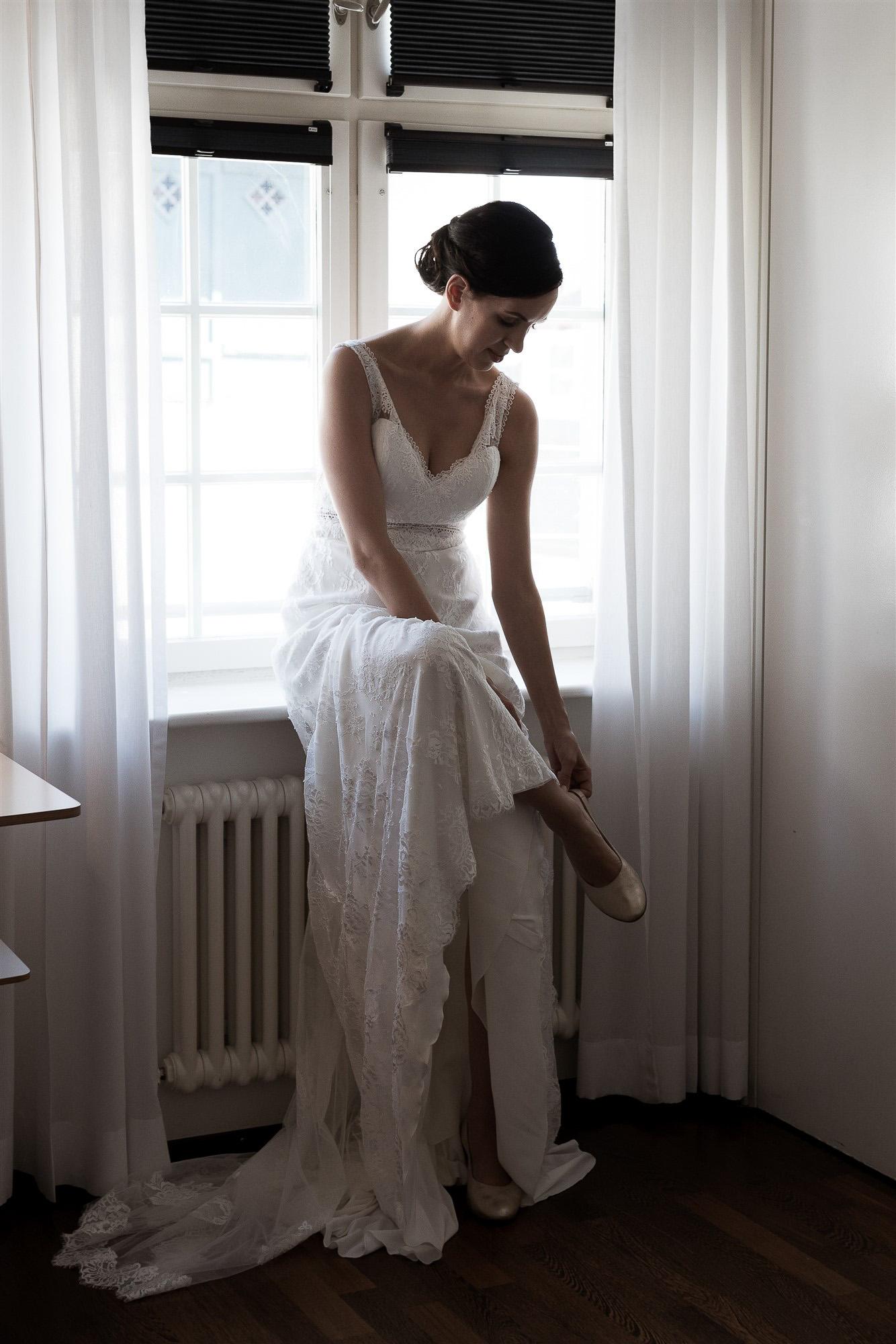 Getting Ready der Braut - Die Braut zieht ihre Schuhe an - Hochzeit im Teufelhof Basel - Hochzeitsfotograf Nicole Kym