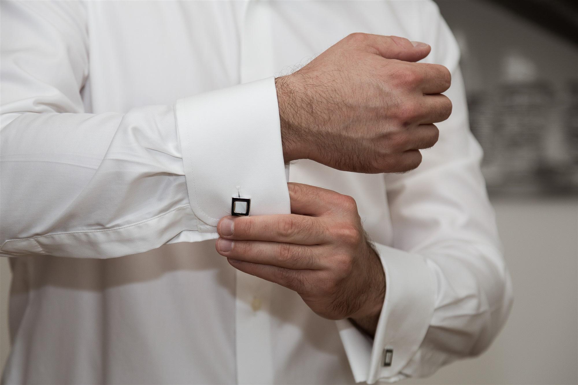 Getting Ready Bräutigam - Hochzeit im Teufelhof Basel - Hochzeitsfotograf Nicole Kym