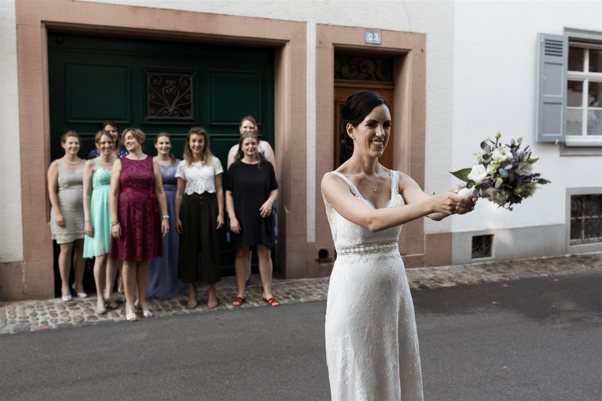 Hochzeit Teufelhof Basel - Brautstrauss werfen - Hochzeitsfotografin Nicole.Gallery aus Basel