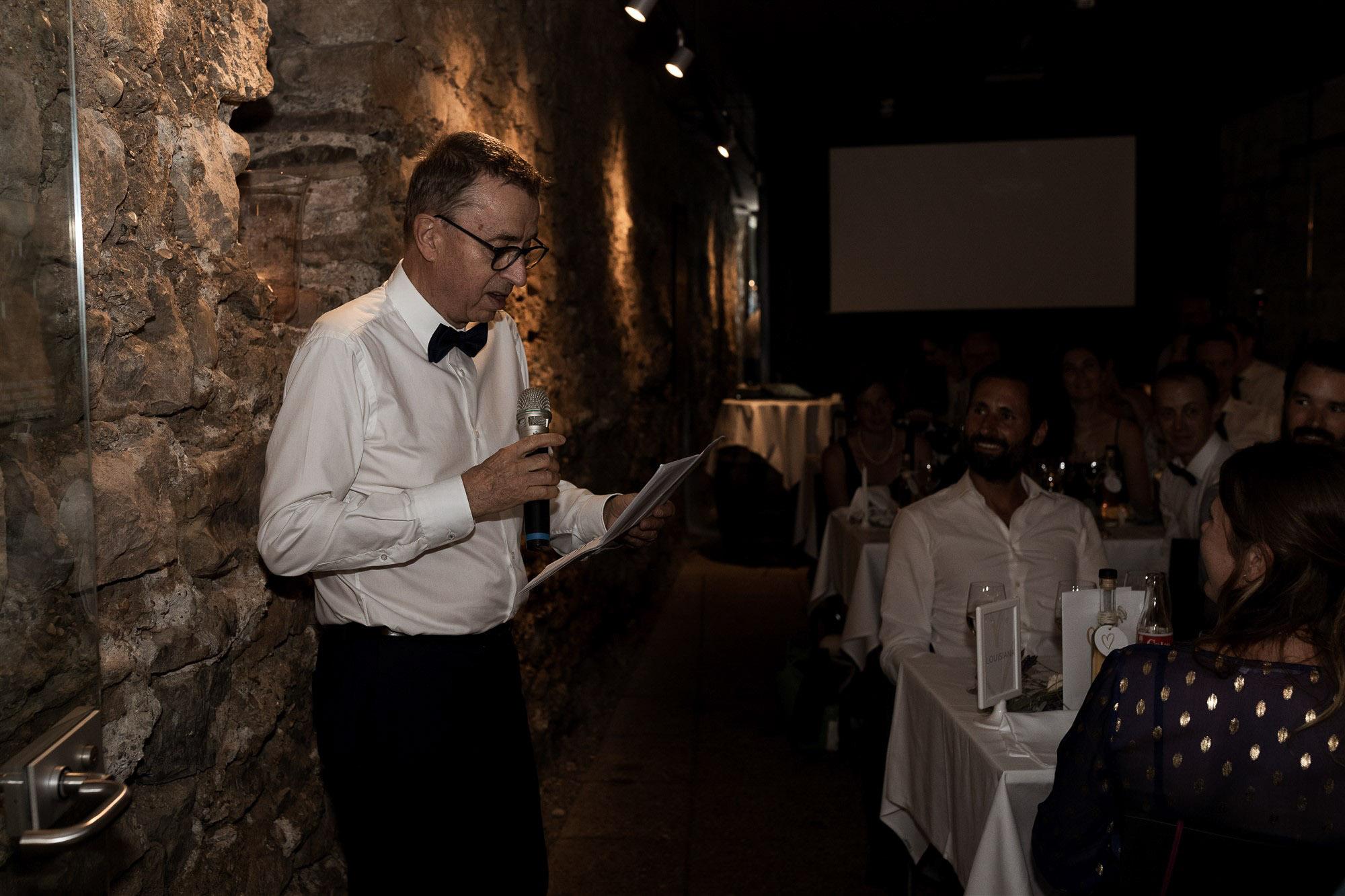 Hochzeit im Teufelhof - Der Papa der Braut hält eine Rede - Hochzeitsfotografin Basel