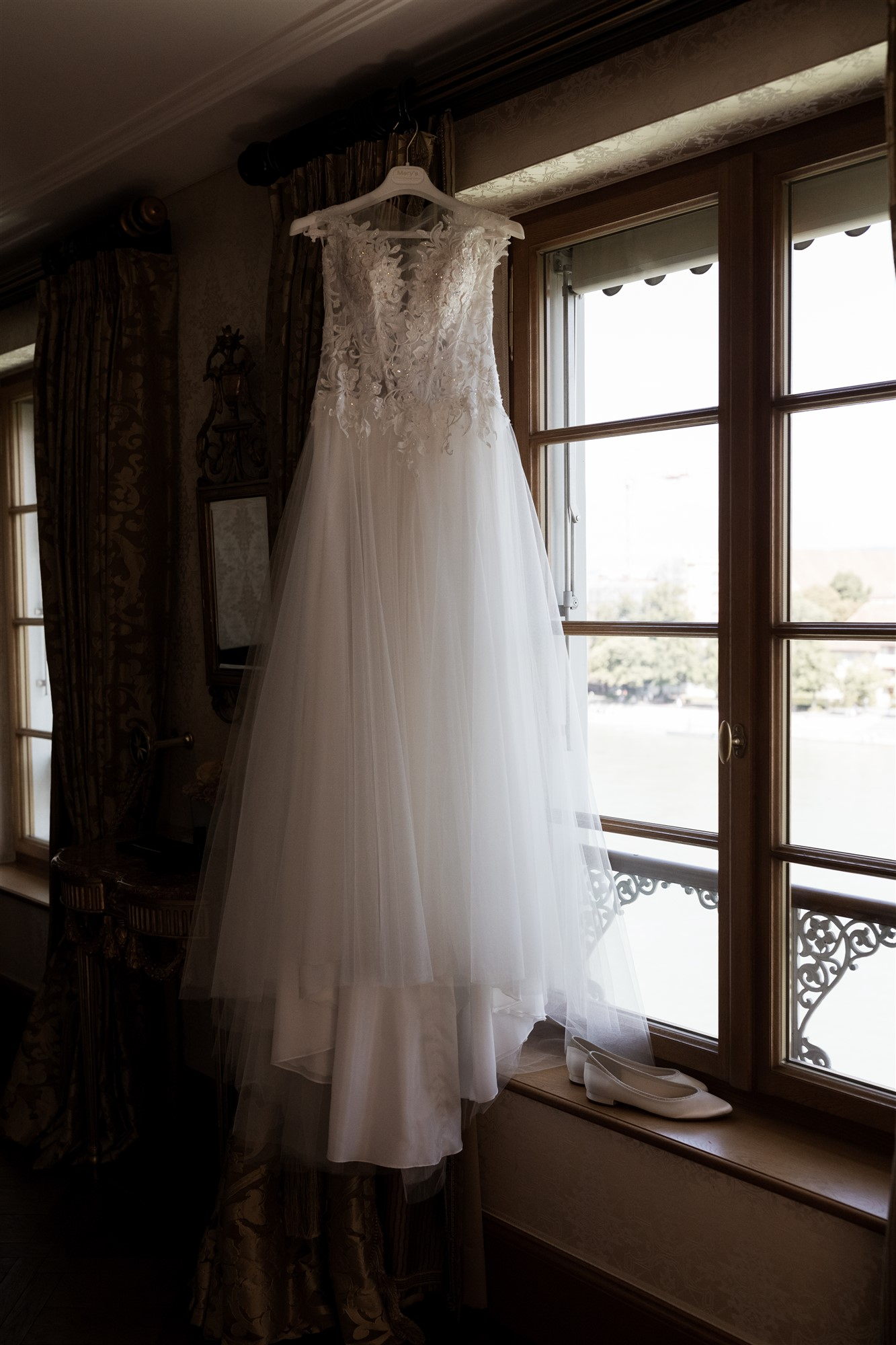 Hochzeitsfotograf Basel Hochzeit im Grand Hotel Les Trois Rois - Das Hochzeitskleid