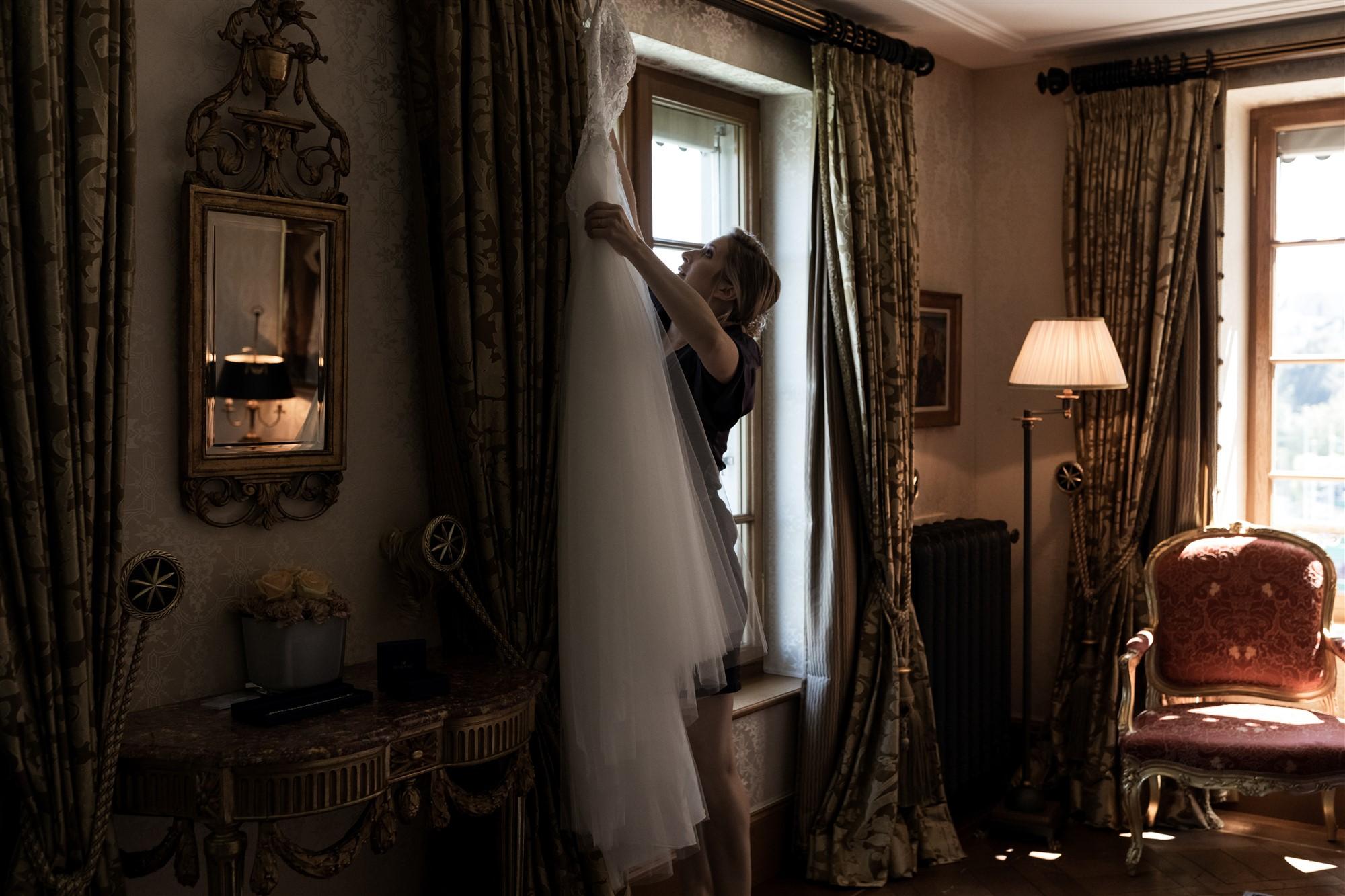 Hochzeitsfotograf Basel Hochzeit im Grand Hotel Les Trois Rois - Das Hochzeitskleid - Getting Ready