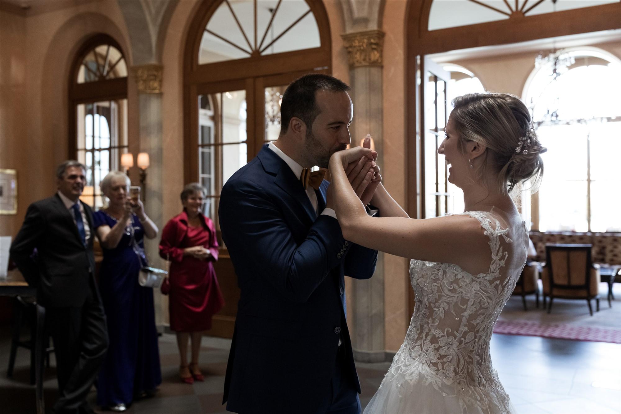 Hochzeit im Grand Hotel Les Trois Rois - First Look des Brautpaares - Hochzeitsfotograf Basel