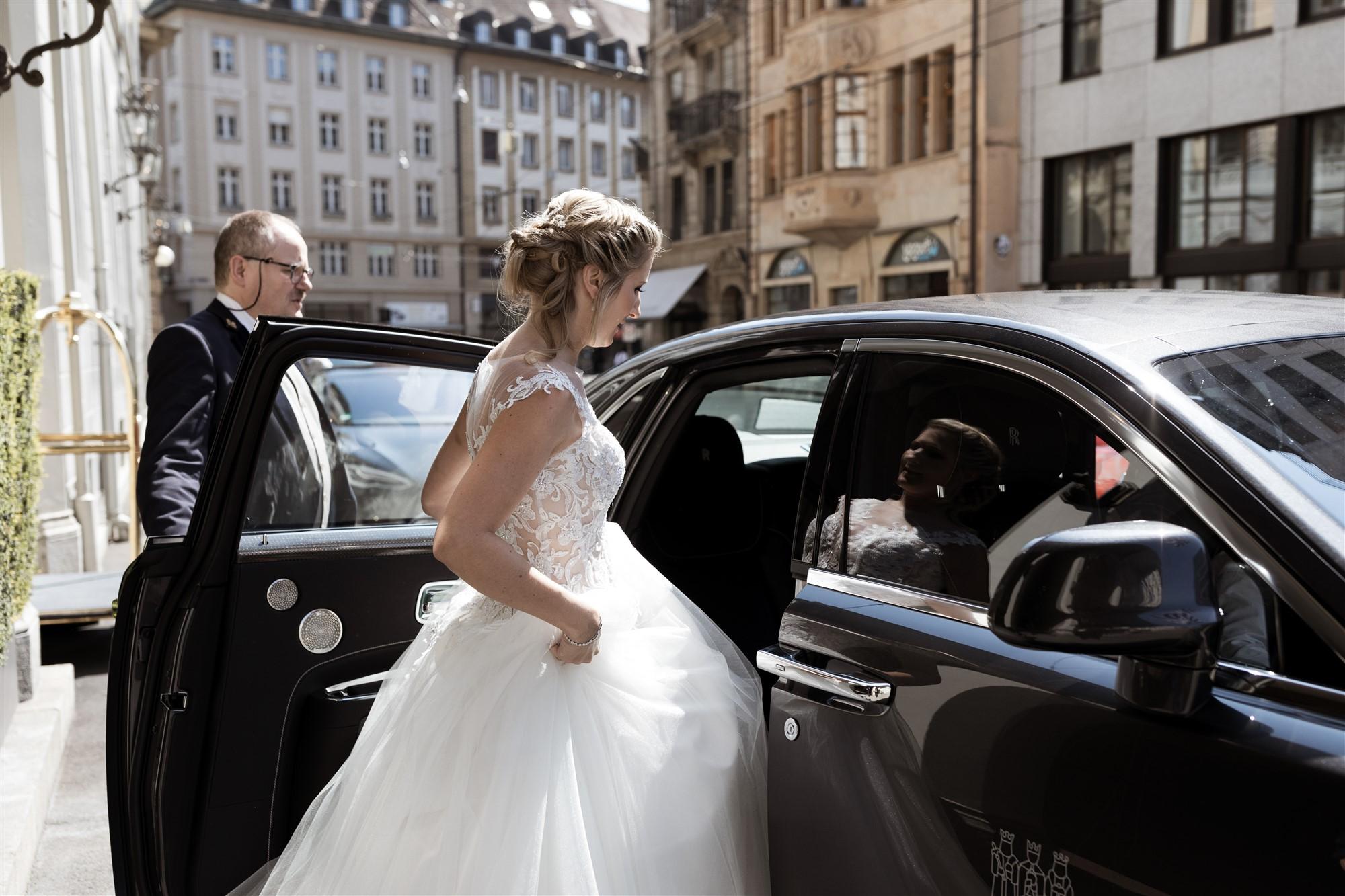 Hochzeit im Grand Hotel Les Trois Rois - Die Braut steigt in die Limousine