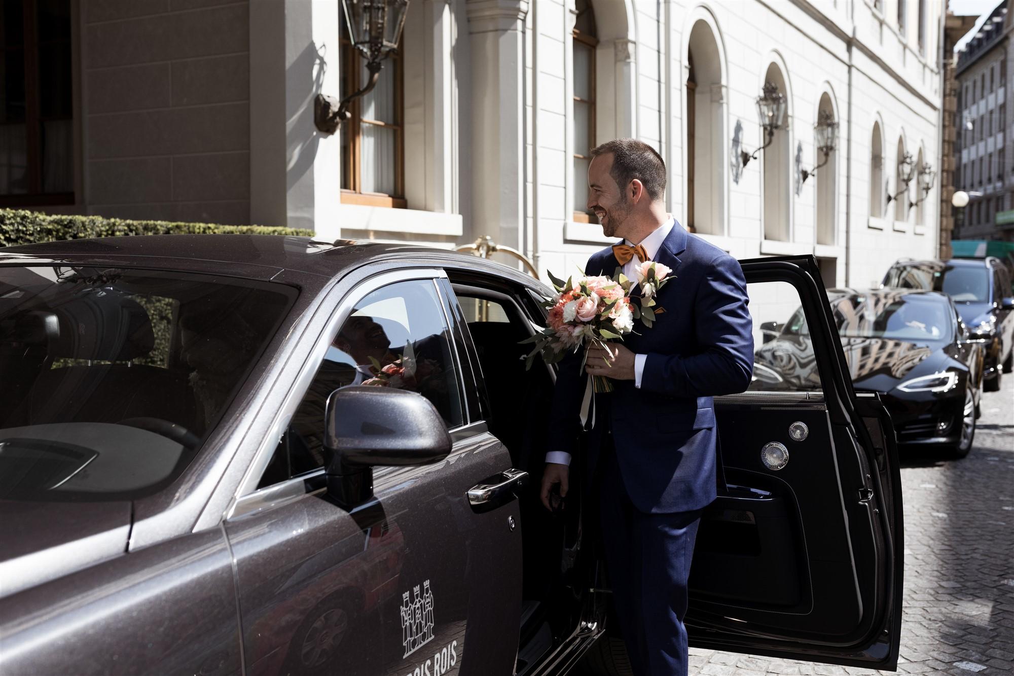 Hochzeit im Grand Hotel Les Trois Rois - Der Bräutigam steigt in die Limousine