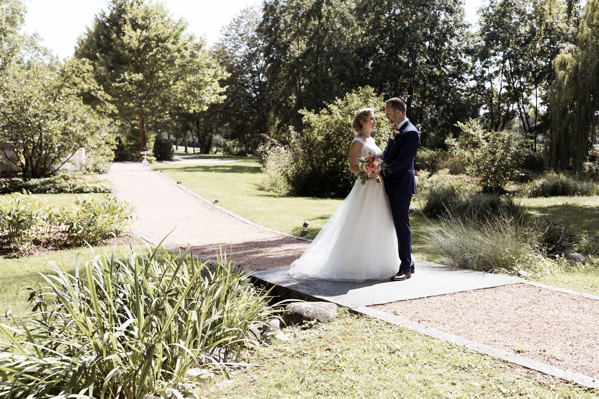 Hochzeit im Hirzen Pavillon - Das Brautpaar Fotoshooting in der Natur - Hochzeitsfotograf Basel