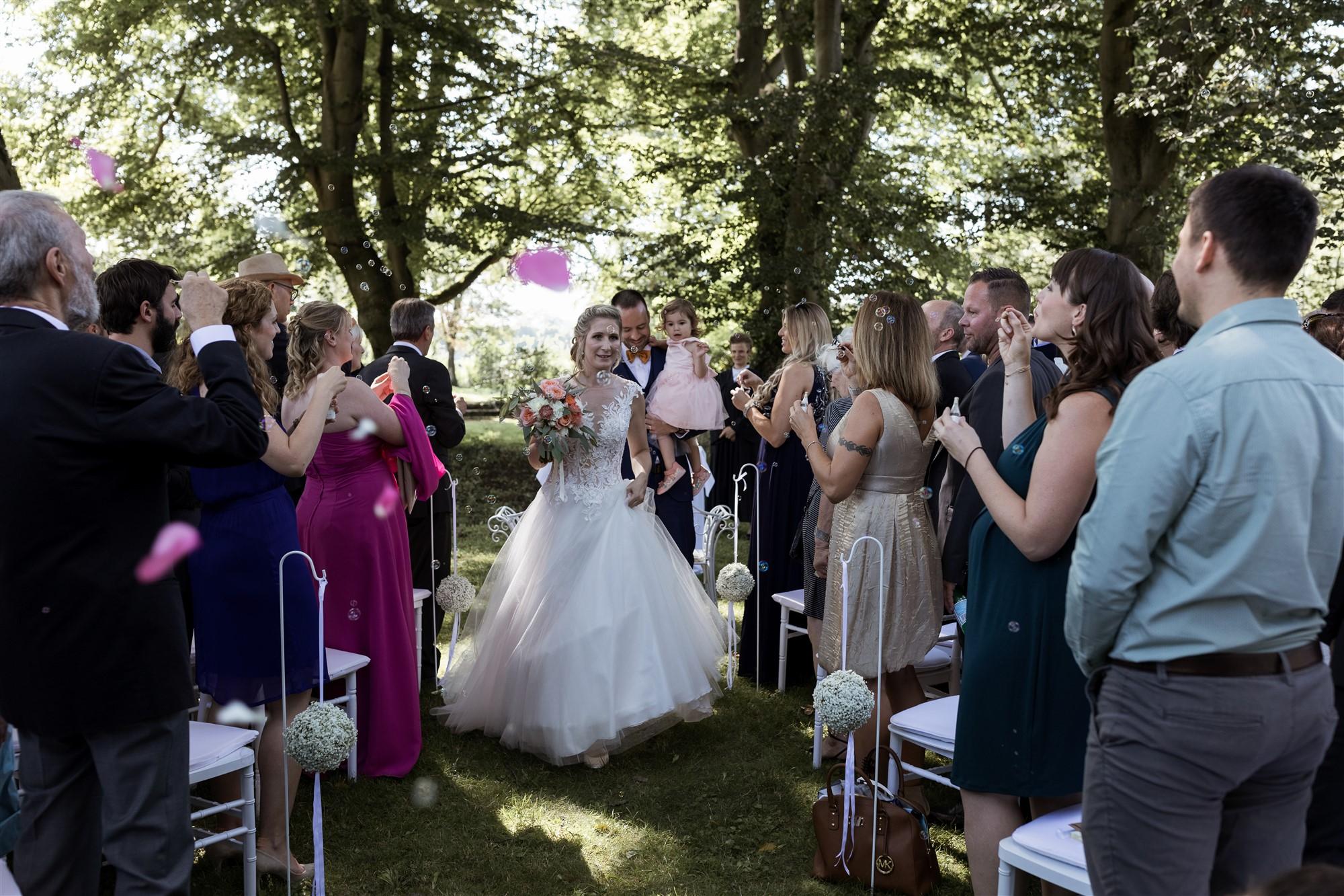 Freie Trauung im Hirzen Pavillon - Der Auszug - Hochzeitsfotograf Basel