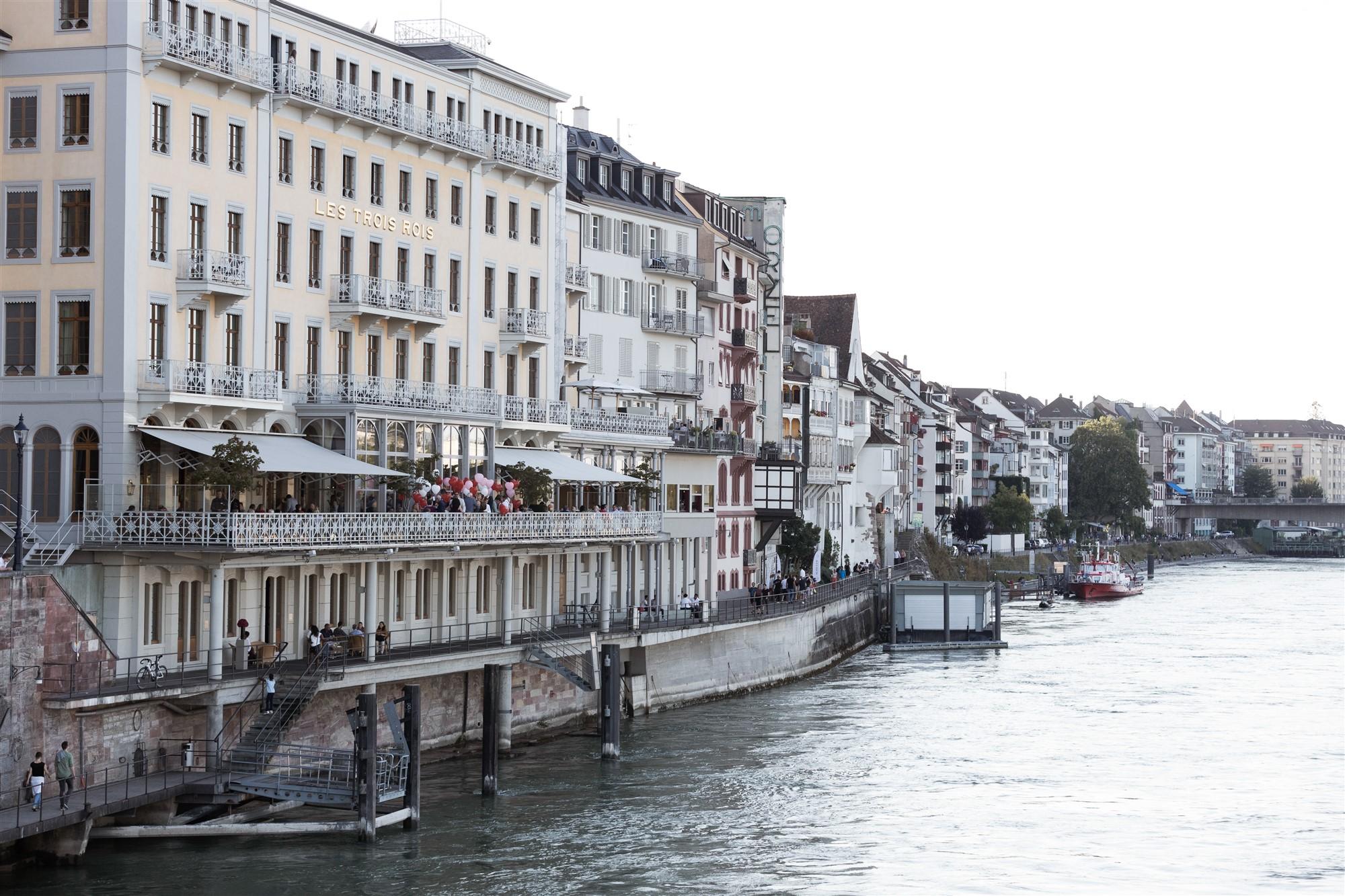 Hochzeit Grand Hotel Les Trois Rois - Fest am Abend - Die Hochzeitsgäste auf der Terasse