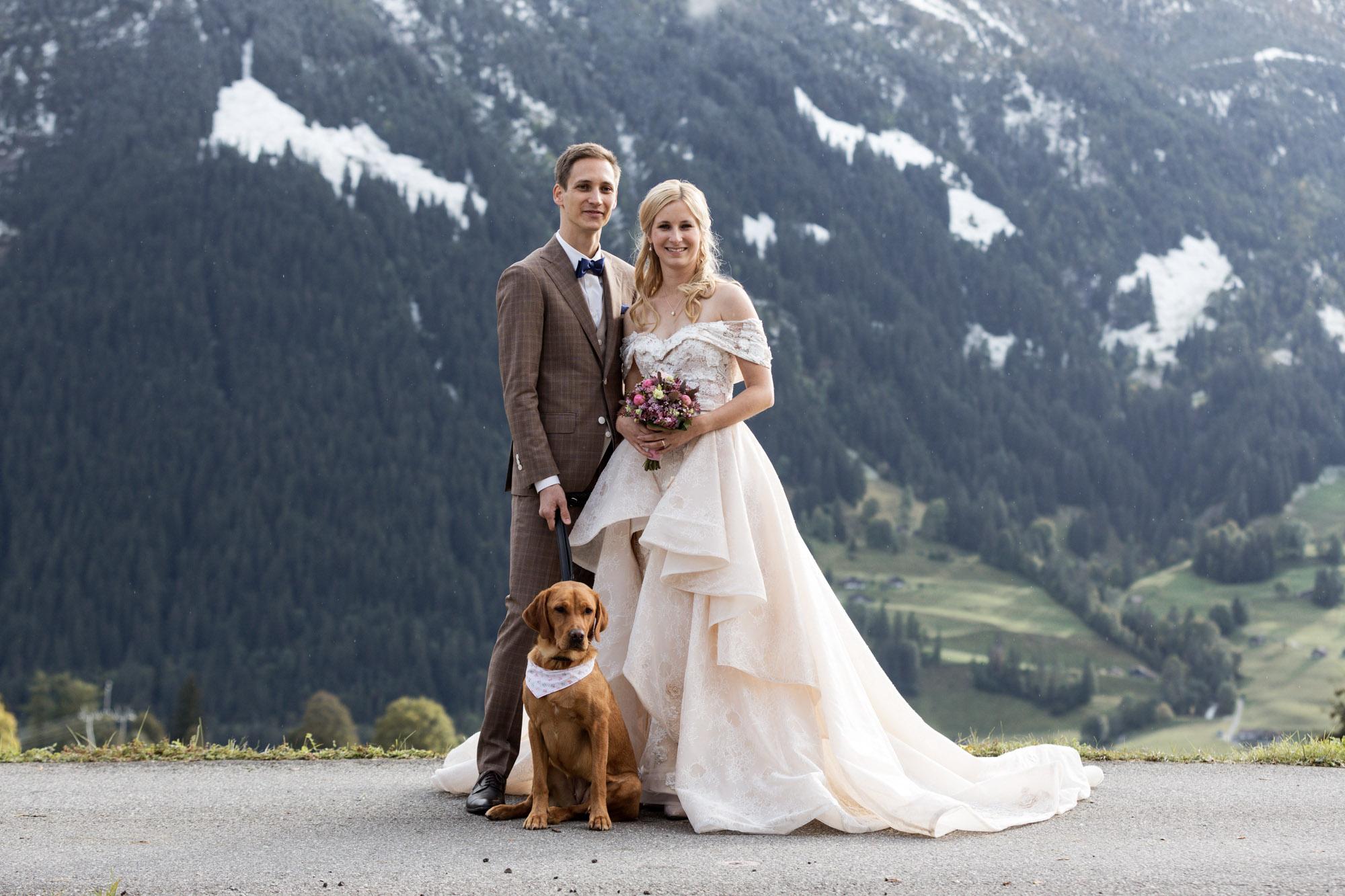 Das Brautpaar mit ihrem süssen Hund - Hochzeit in den Bergen - Hochzeitsfotograf
