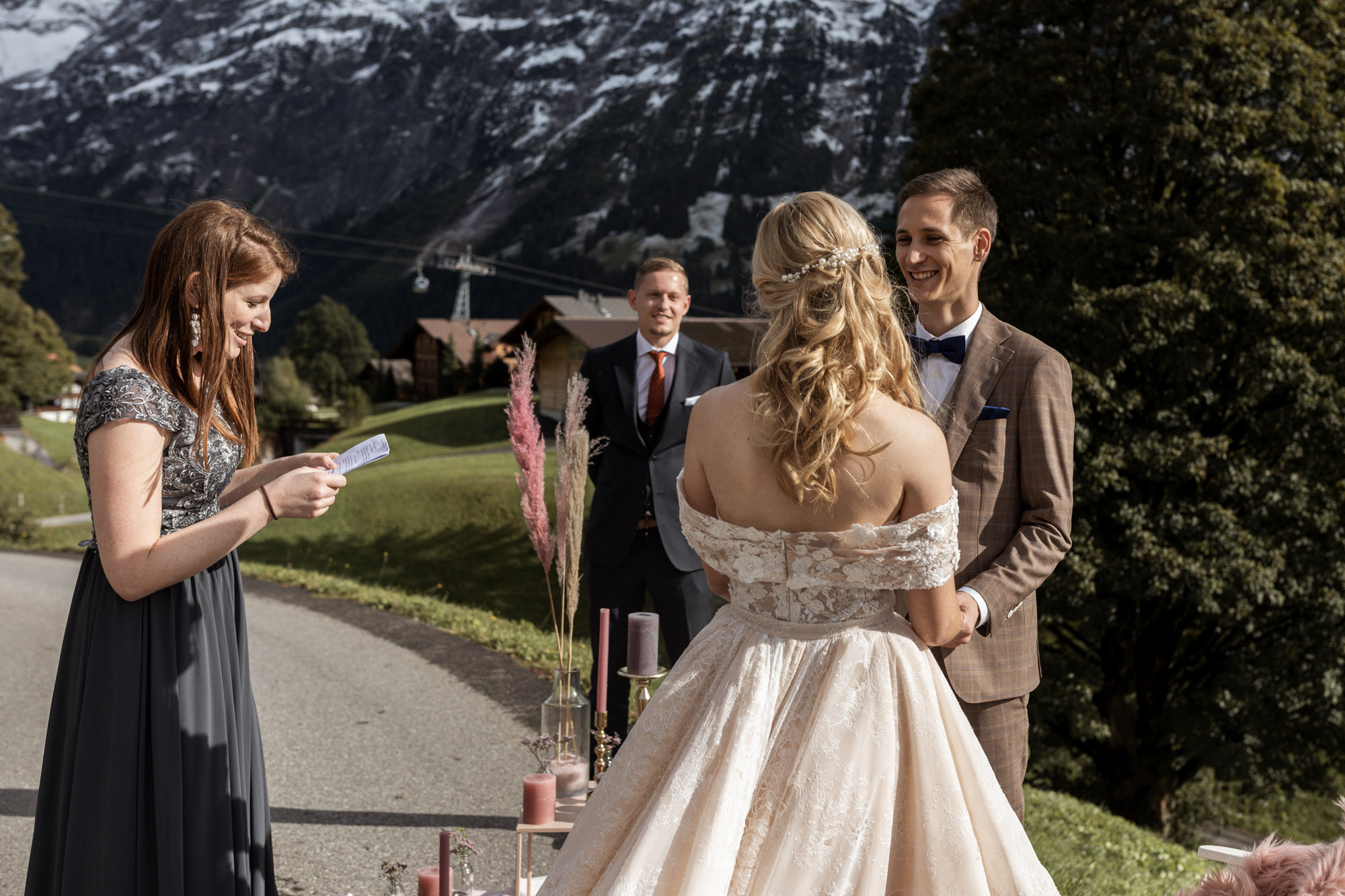 Zeremonie im Freien - Traumhafte Location in Grindelwald - Hochzeit in den Bergen mit Freunden - Hochzeitsfotograf