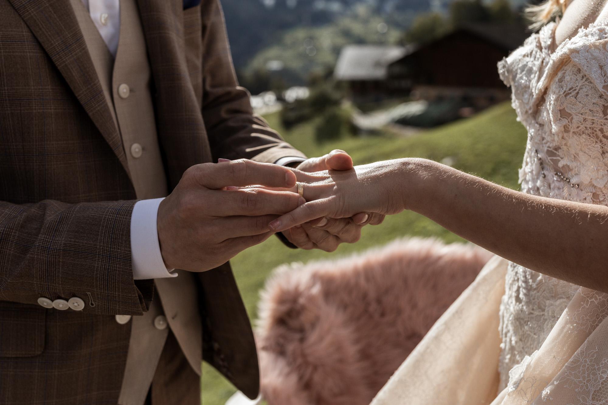 Der Bräutigam gibt der Braut den Ring - Hochzeit in Grindelwald - Hochzeitsfotograf Basel