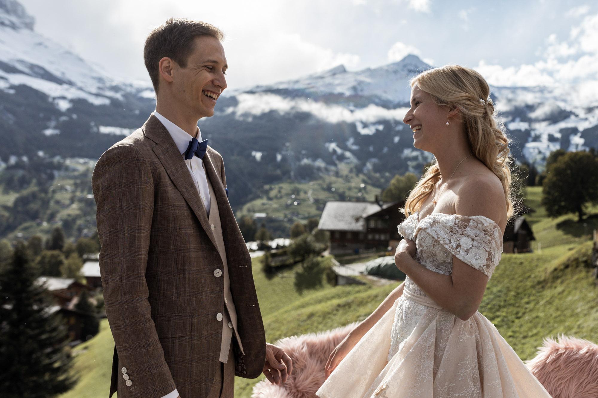 Das Brautpaar lächelt sich an - Hochzeit in Grindelwald - Destination Wedding - Hochzeitsfotograf Basel