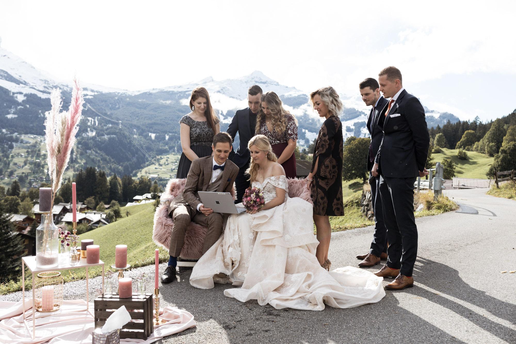 Das Brautpaar mit den Freunden - Hochzeit in den Bergen - Hochzeitsfotograf Schweiz