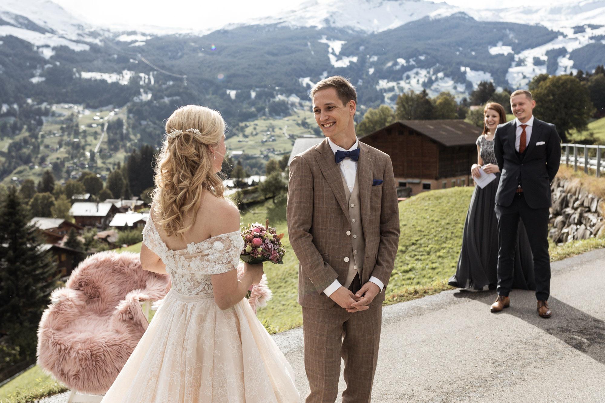 Das Brautpaar sieht sich zum ersten Mal am Hochzeitstag - First Look - Hochzeitsfotograf Nicole.Gallery Basel