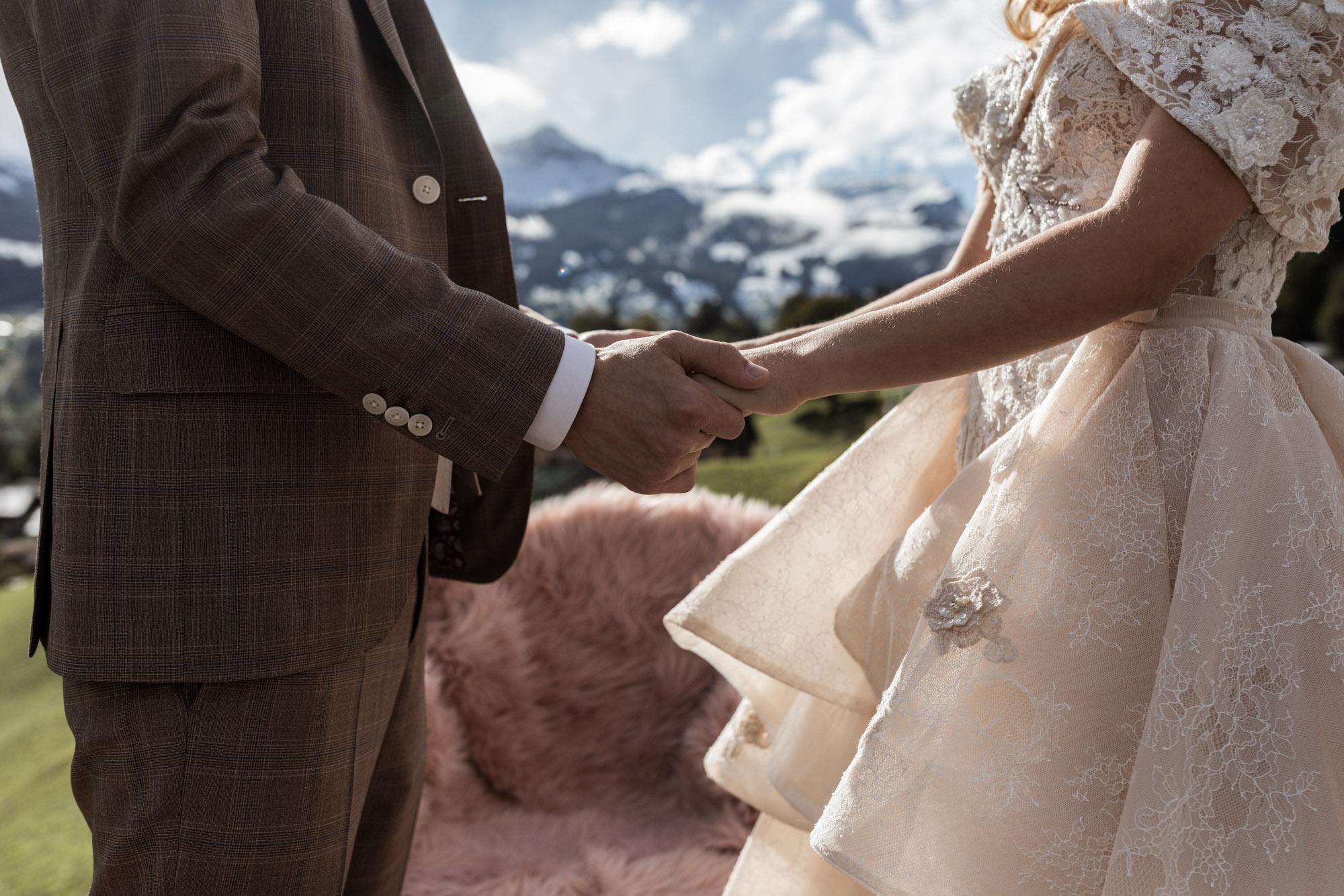Das Brautpaar hält sich an den Händen - Hochzeit in Grindelwald - Intimate Wedding - Hochzeitsfotograf