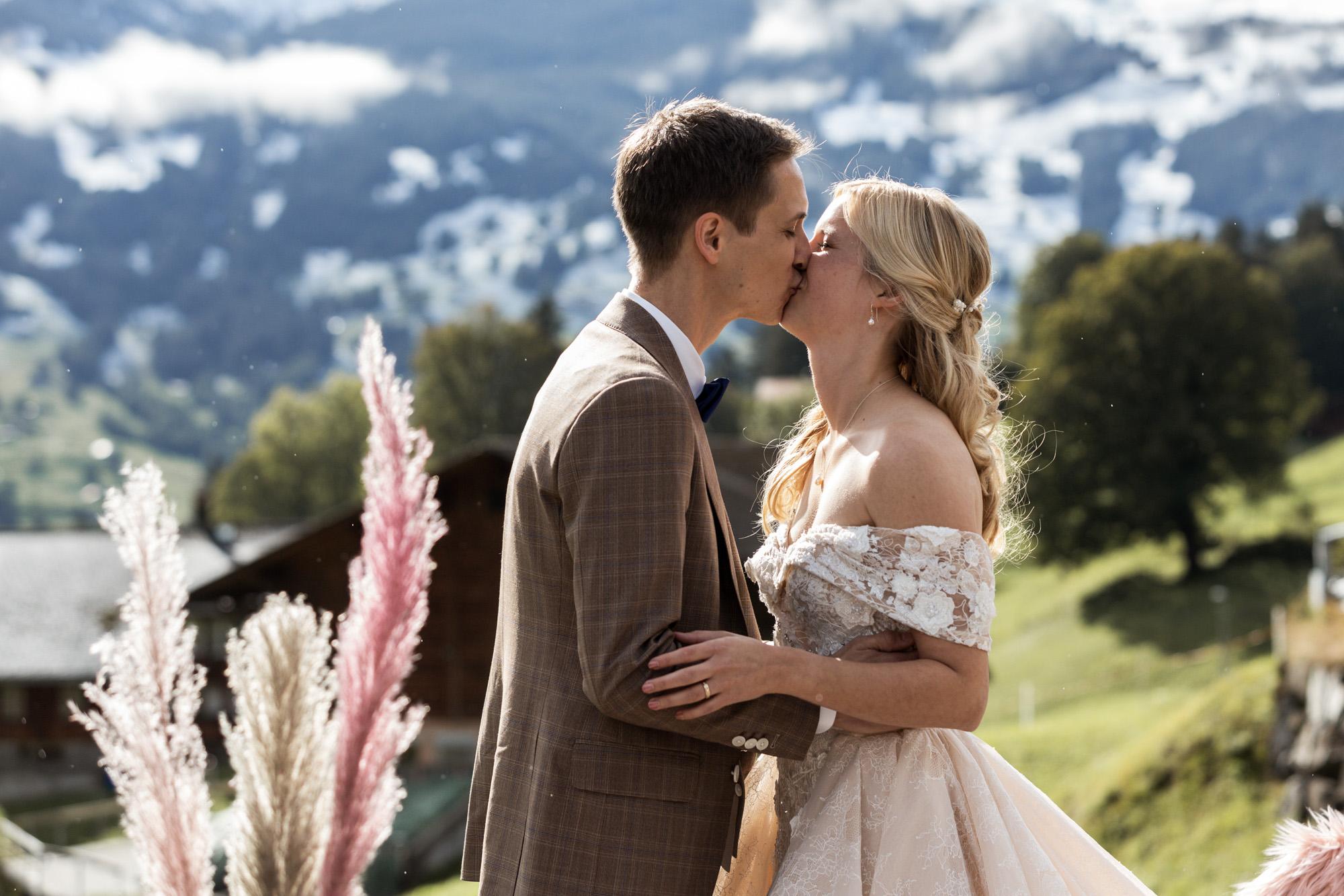 Das Brautpaar küsst sich - Hochzeit in Grindelwald - Hochzeitsfotograf Nicole.Gallery