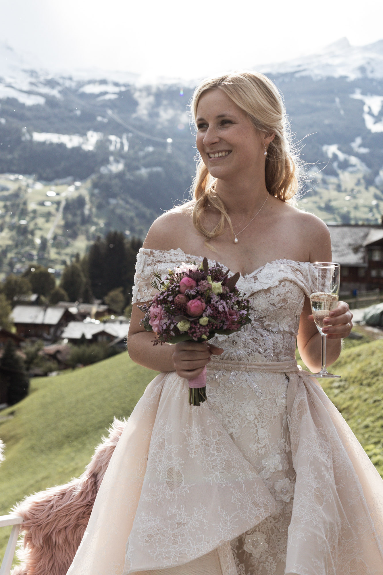 Die Braut mit einem Glas Champagner - Hochzeit in den Bergen