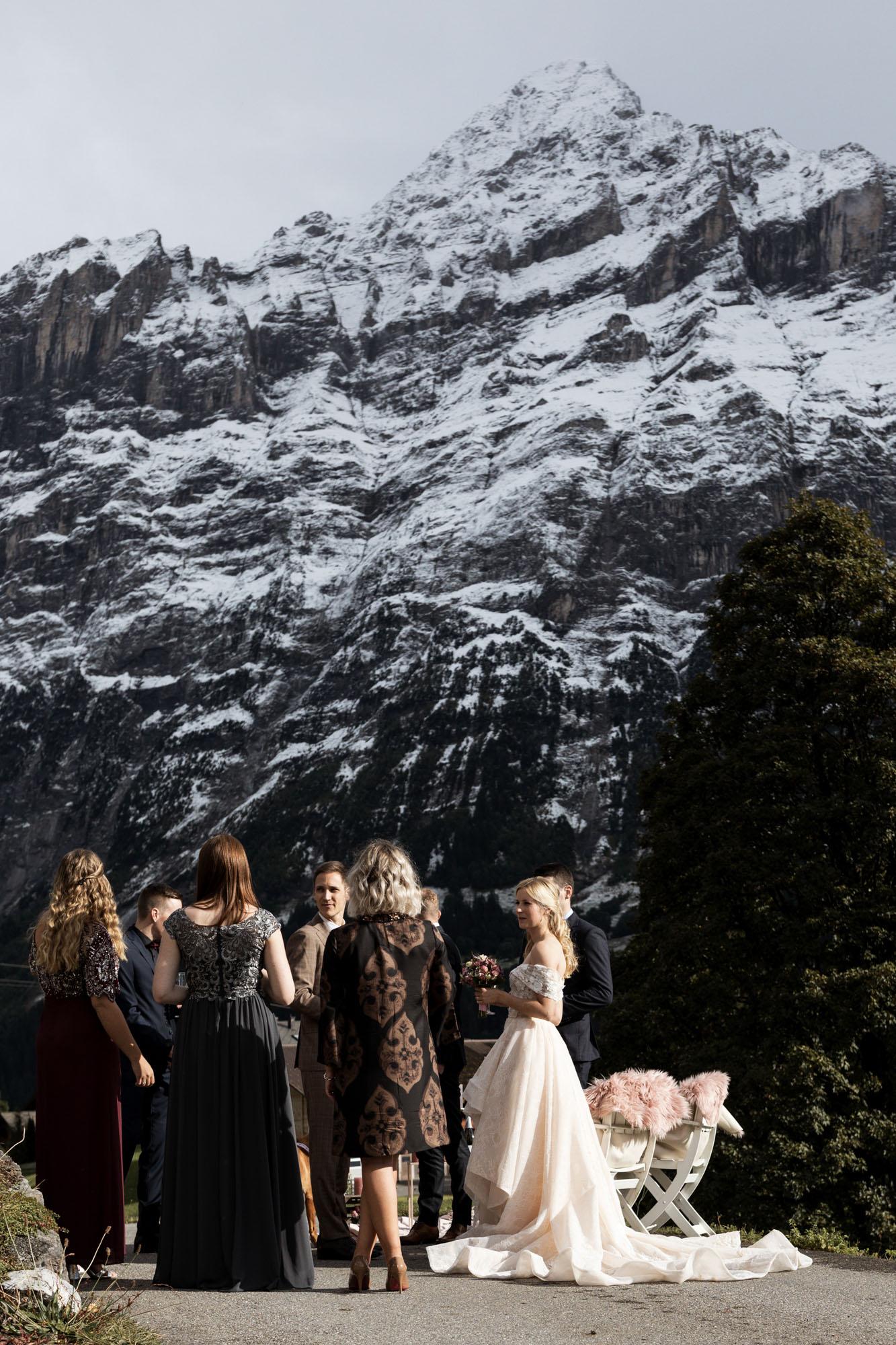 Die Hochzeitsgäste beim Apero in den Bergen - Hochzeit in Grindelwald - Hochzeitsfotograf Basel