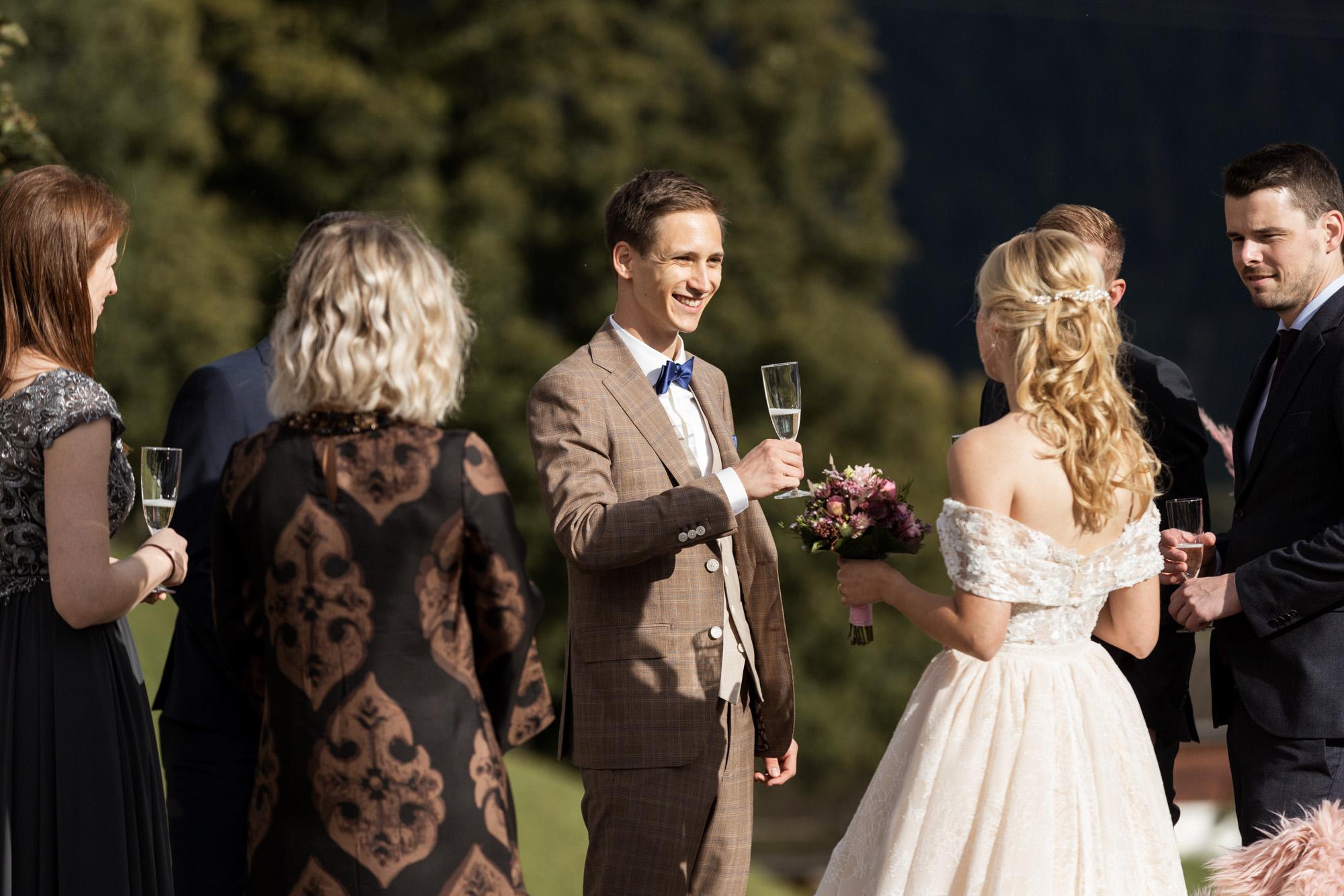 Die Hochzeitsgäste stossen mit Champagner an - Hochzeit in Grindelwald - Hochzeitsfotograf