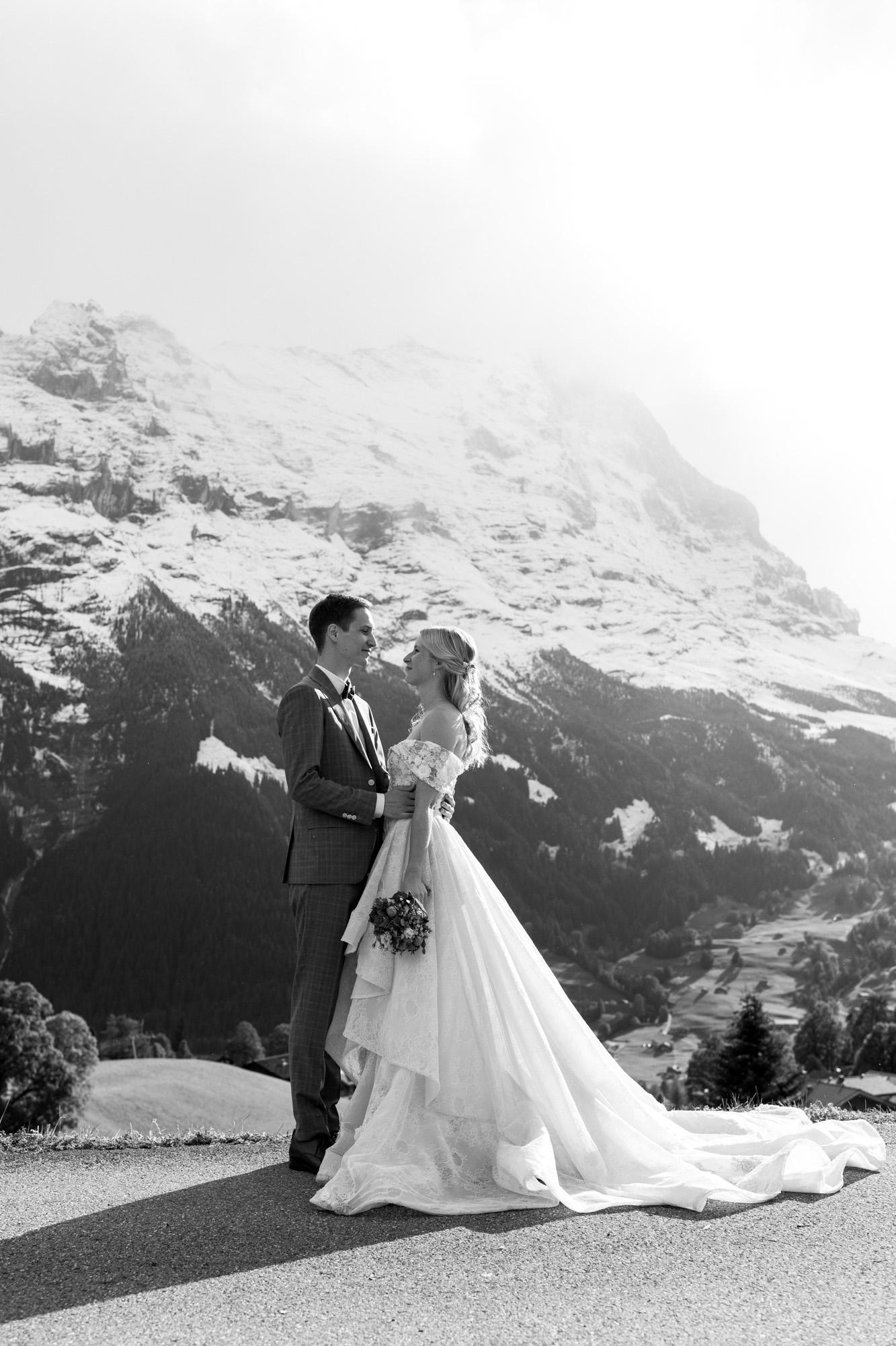 Das Brautpaar beim Fotoshooting in den Bergen - Hochzeitsfotograf Basel Schweiz