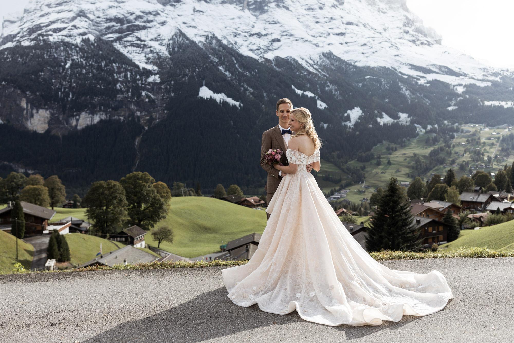 Das Brautpaar beim Fotoshooting in den Bergen - Hochzeitsfotograf