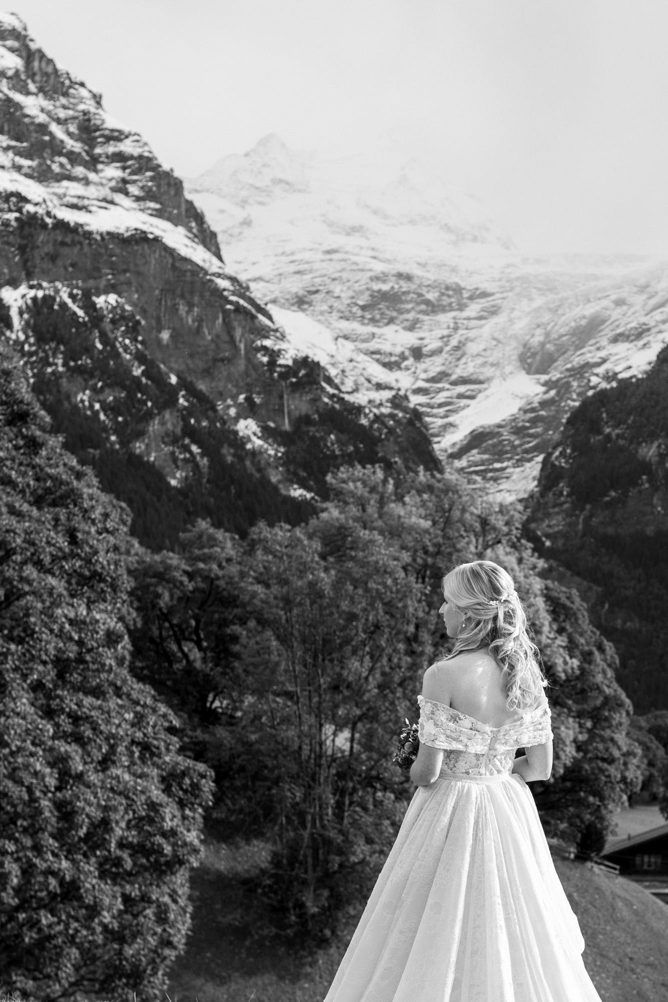 Schwarzweiss Bild von der schönen Braut in den Bergen - Hochzeitsfotograf Basel