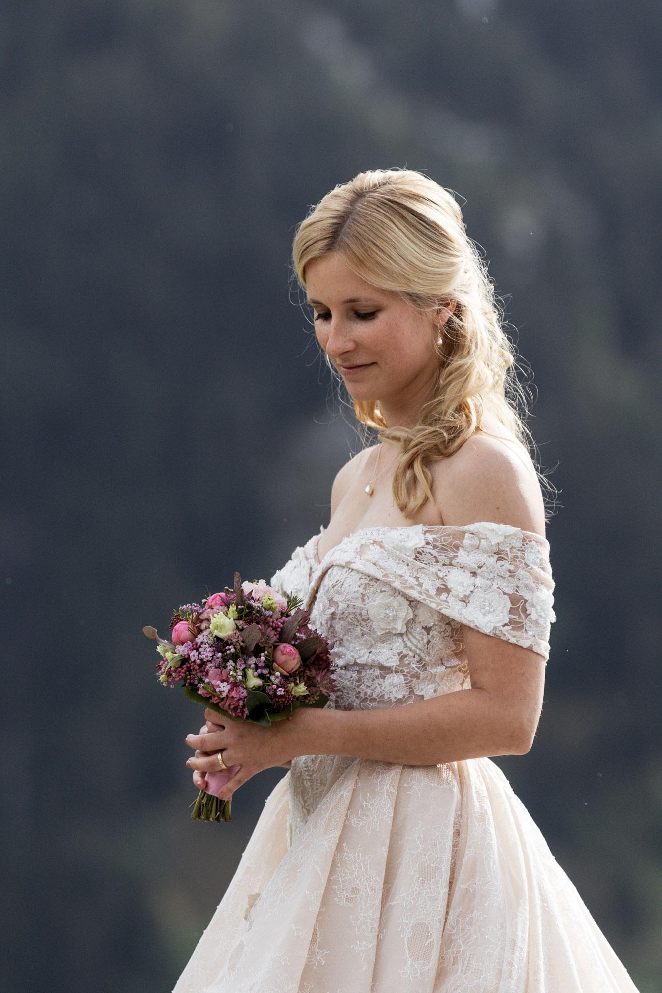 Die wunderschöne Braut beim Fotoshooting in den Bergen