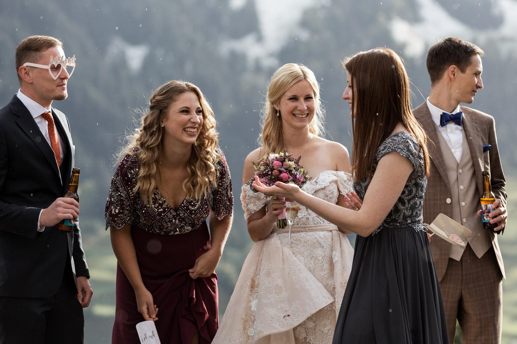 Die Hochzeitsgäste lachen miteinander - Hochzeitsfotograf