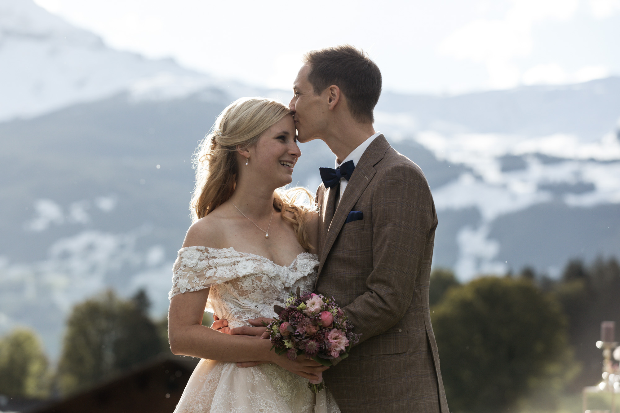 Der Bräutigam küsst seiner Braut auf die Stirn