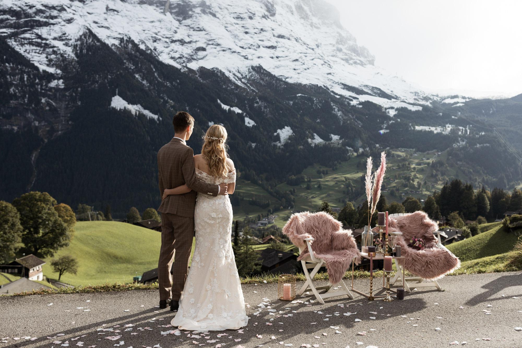 Das Brautpaar blickt in die Ferne - Traumhochzeit in den Bergen