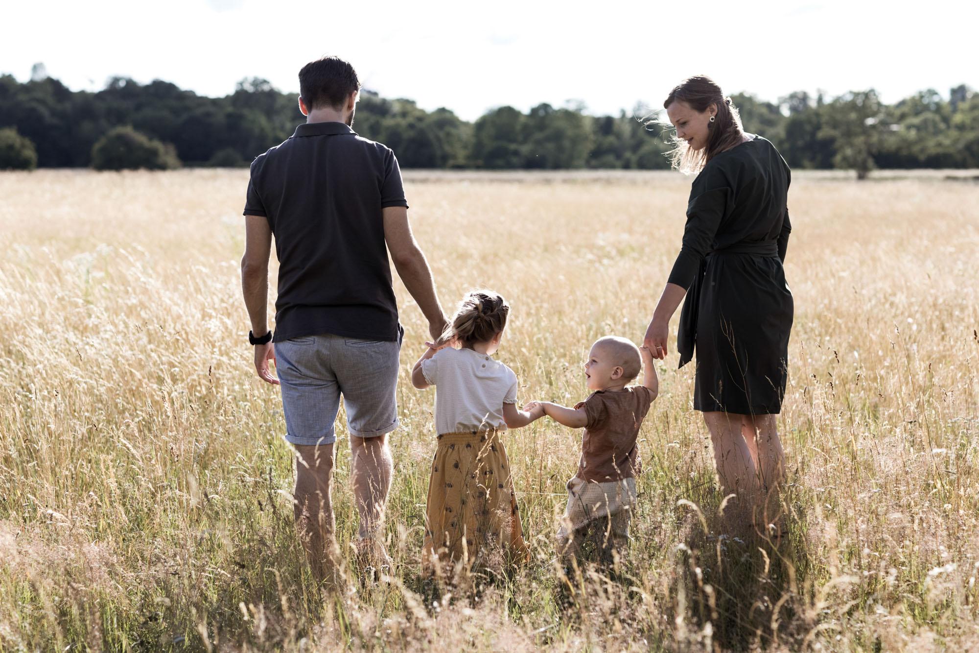 Familienreportage in der Natur - Die Familie spaziert über die Wiese