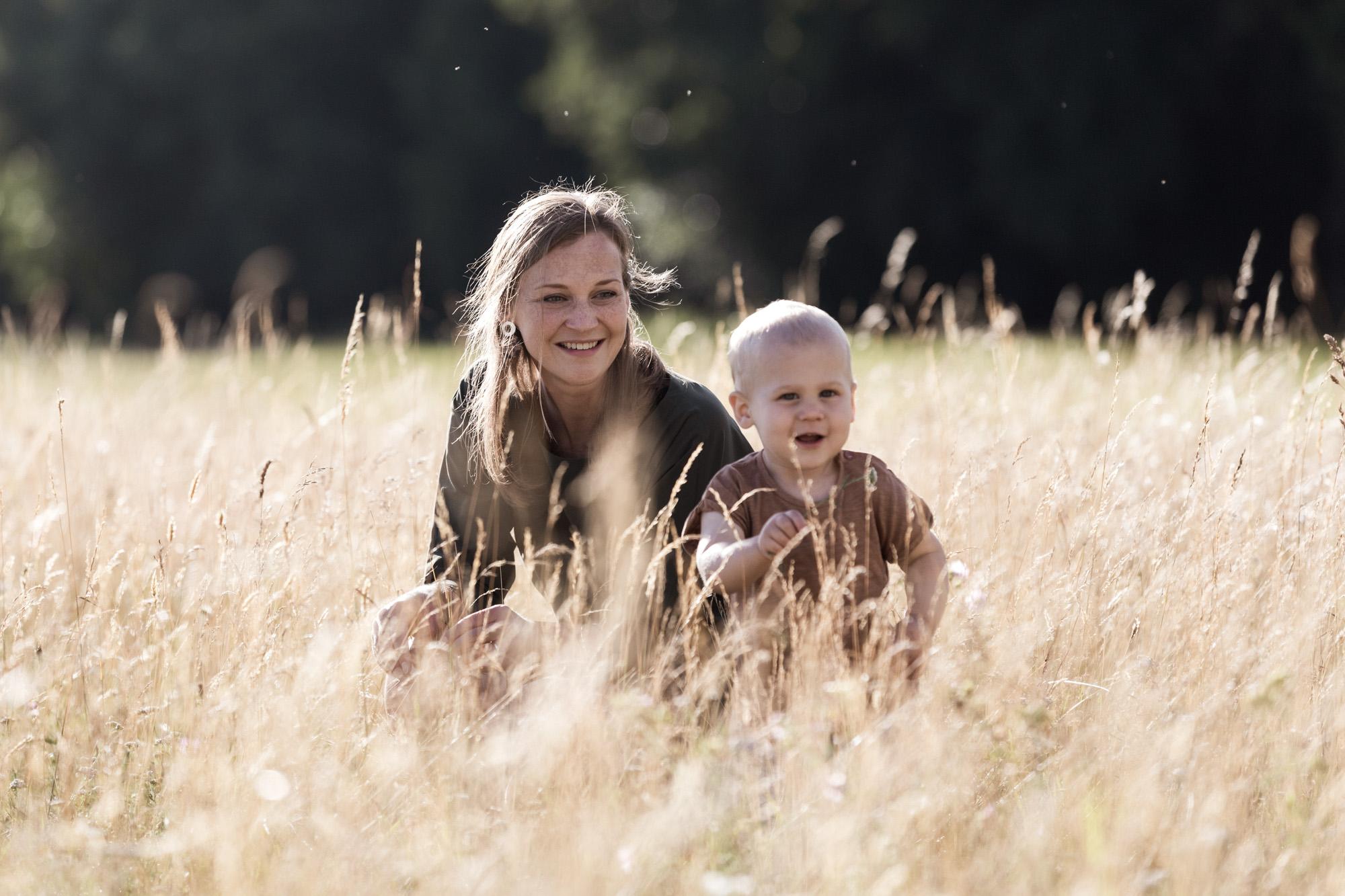 Familienreportage - ungestellte Familienbilder - Die Mama mit ihrem Sohn auf der Wiese