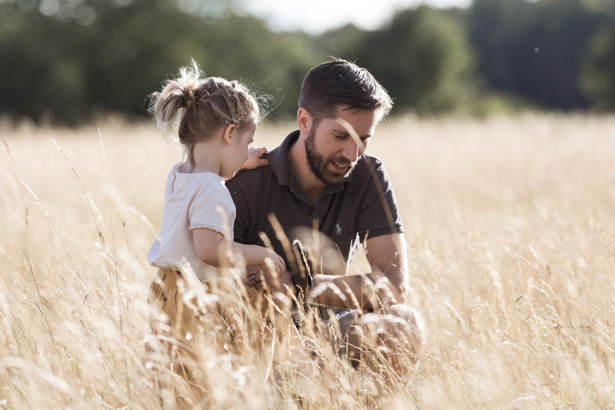 Familienreportage - ungestellte Familienbilder - Der Papa mit seiner Tocher auf der Wiese