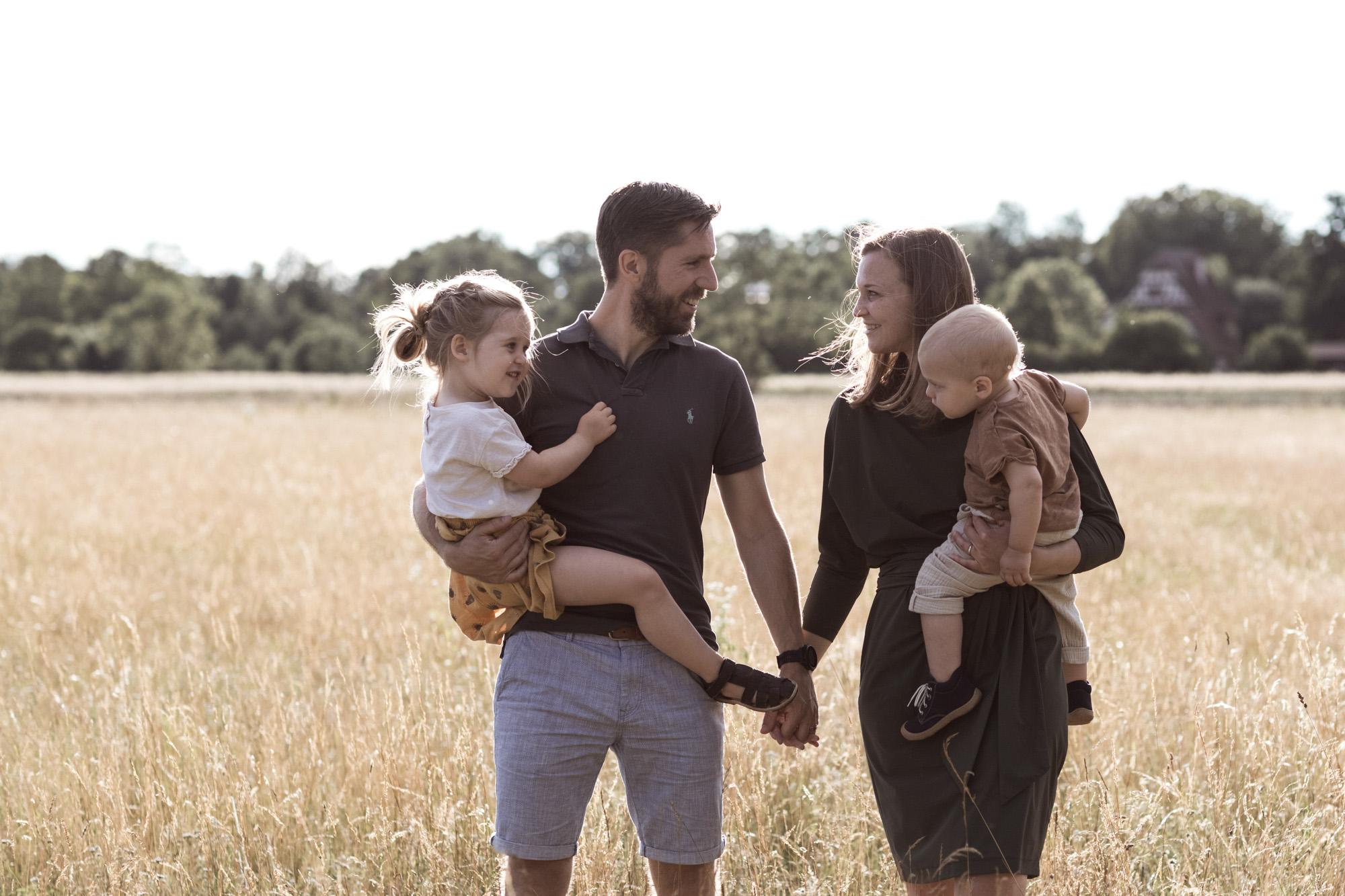 Familienreportage - ungestellte Familienbilder - Die Familie spaziert auf der Wiese