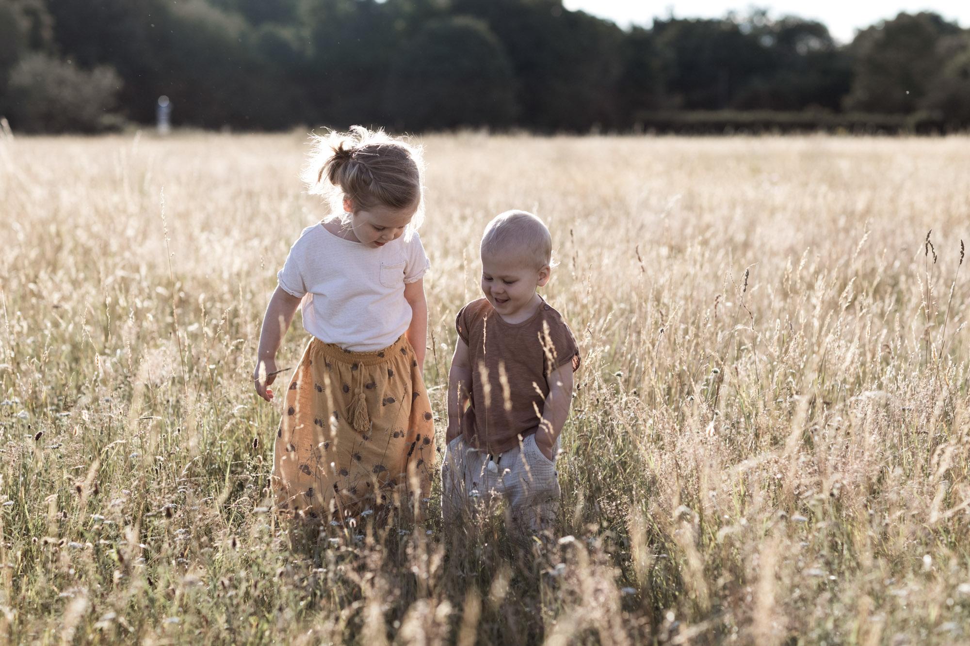 Kinder beim Fotoshooting in der Natur - Fotografin Basel