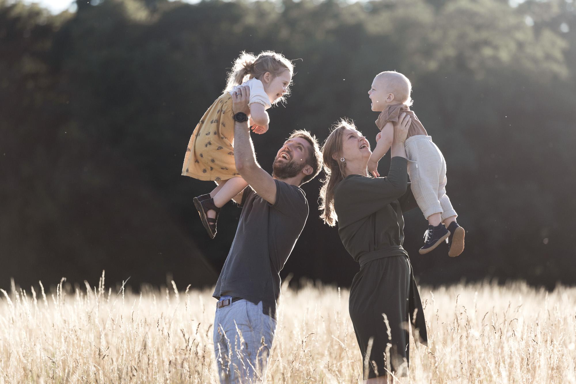 Familienbilder in der Natur - Die Familie beim Familienfotoshooting - Fotograf Basel